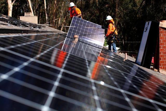 4月27日、 化石燃料頼みから「ゼロ・エミッション」のエネルギーシステムへと移行するには、生産・流通・消費のための新たな設備に世界全体で数兆ドル単位の投資が必要になるだろう。写真は2016年10月、米サンディエゴの太陽光発電施設で撮影