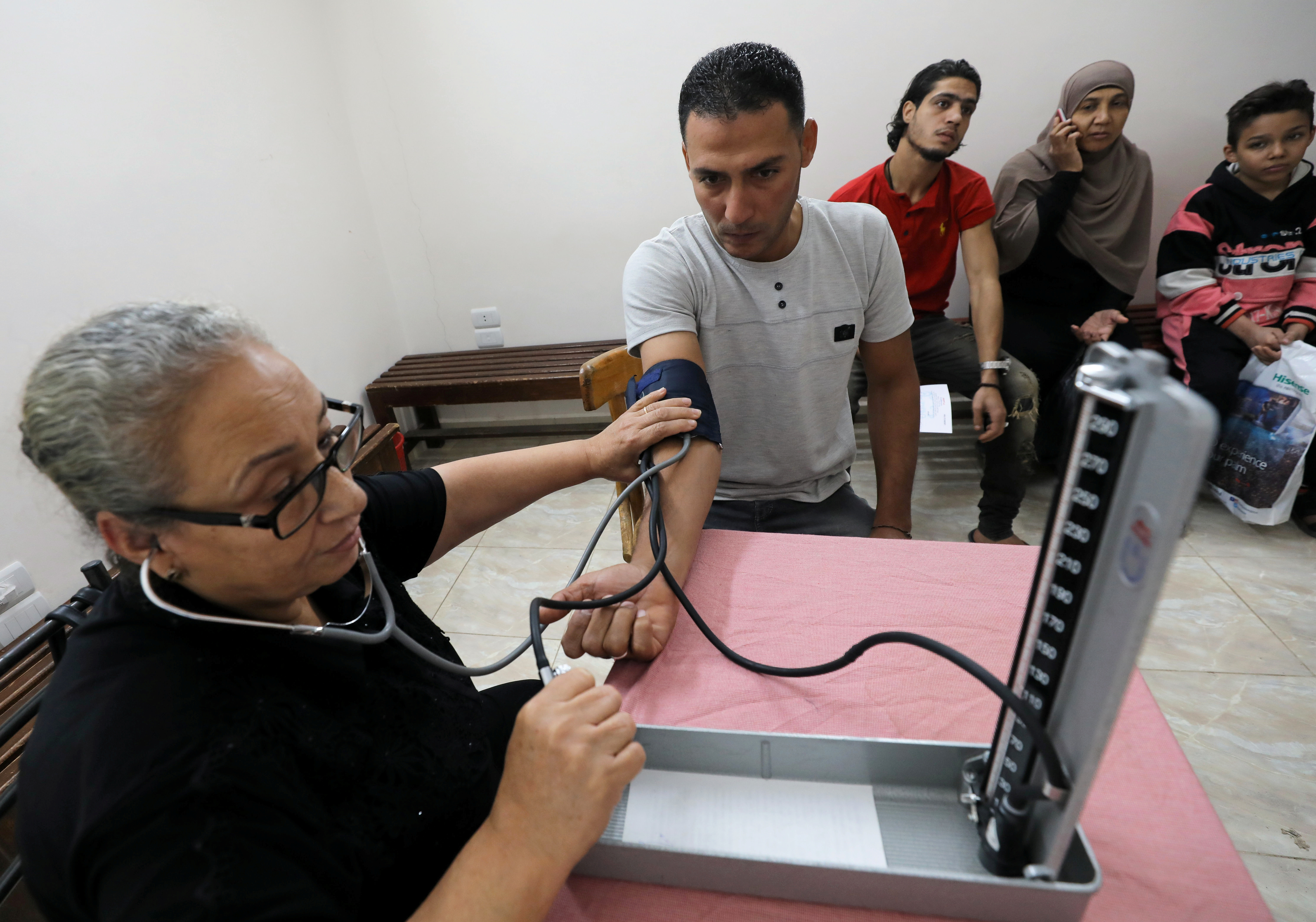 An Egyptian doctor makes a test during an unprecedented campaign that aims to test 50 million people to detect and treat hepatitis C patients in a bid to eliminate the disease by 2022, in Cairo, Egypt November 11, 2018. Picture taken November 11, 2018. REUTERS/Mohamed Abd El Ghany - RC150836B250