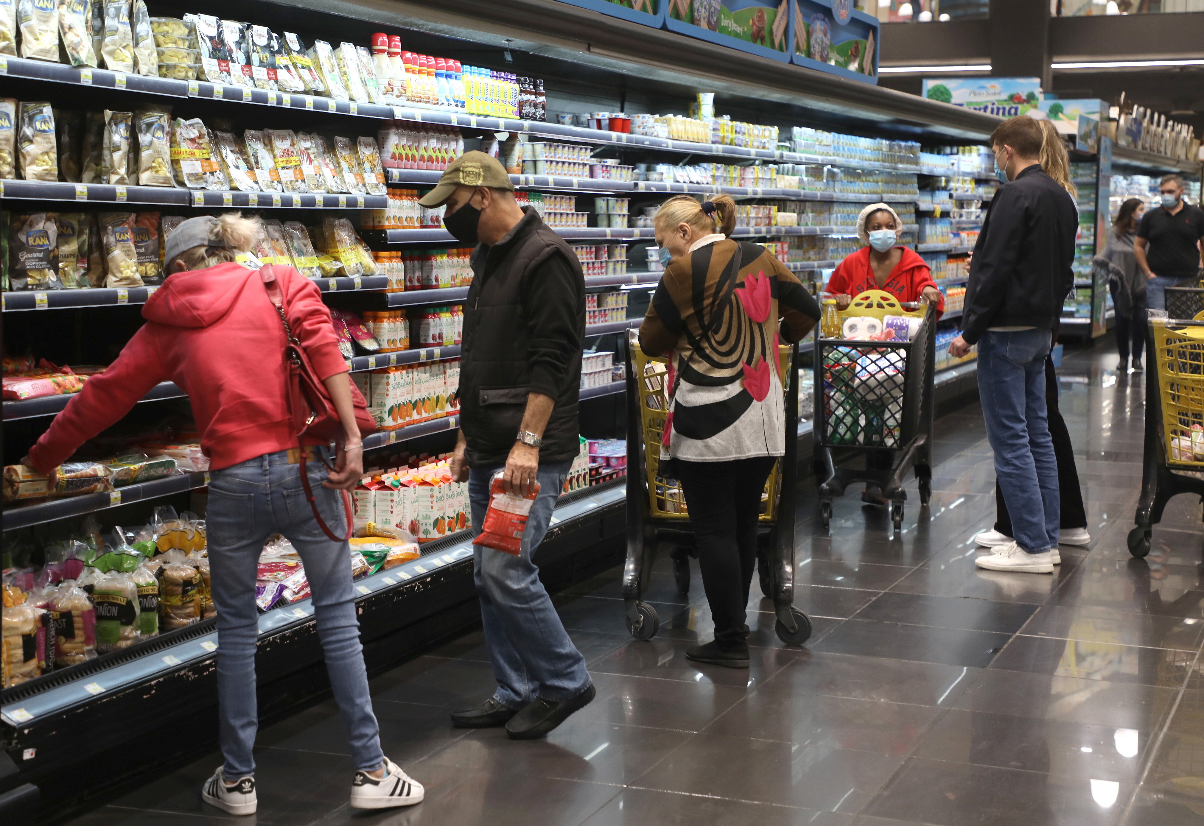 People shop at a supermarket ahead of a tightened lockdown and a 24-hour curfew to curb the spread the coronavirus disease (COVID-19) outbreak in Beirut, Lebanon, January 13, 2021. REUTERS/Mohamed Azakir - RC247L9TIC37