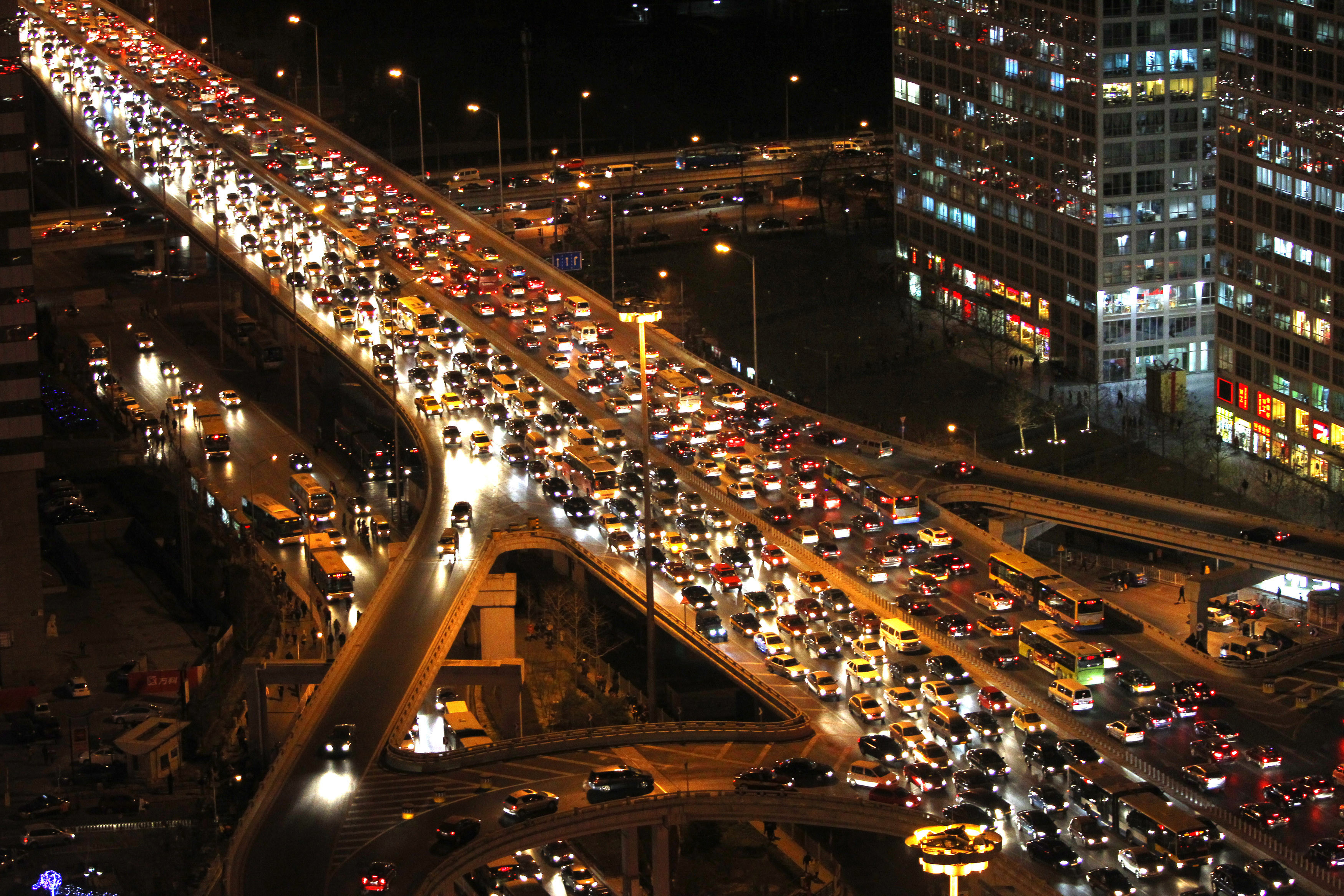 Vehicles drive on Three Ring Road during the evening rush hour in central Beijing, December 23, 2010. Beijing will limit issuance of new car plates to 240,000 annually from January 1, 2011, in an effort to ease the capital city's traffic jams, Xinhua News Agency reported. REUTERS/Jason Lee(CHINA - Tags: ENVIRONMENT TRANSPORT) - GM1E6CN1GX001