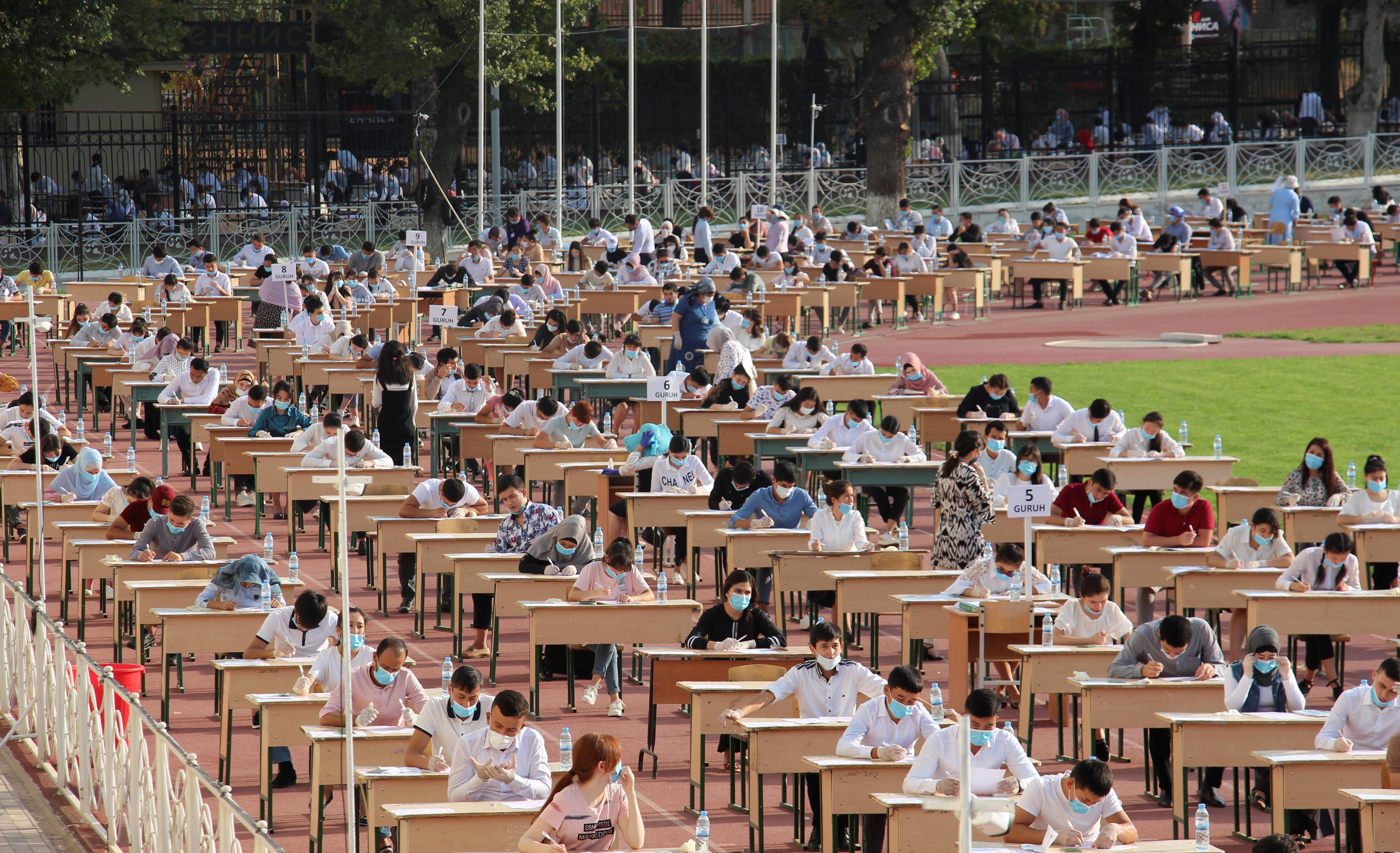 Los solicitantes de ingreso a la universidad en Uzbekistán están haciendo exámenes de ingreso en el exterior.