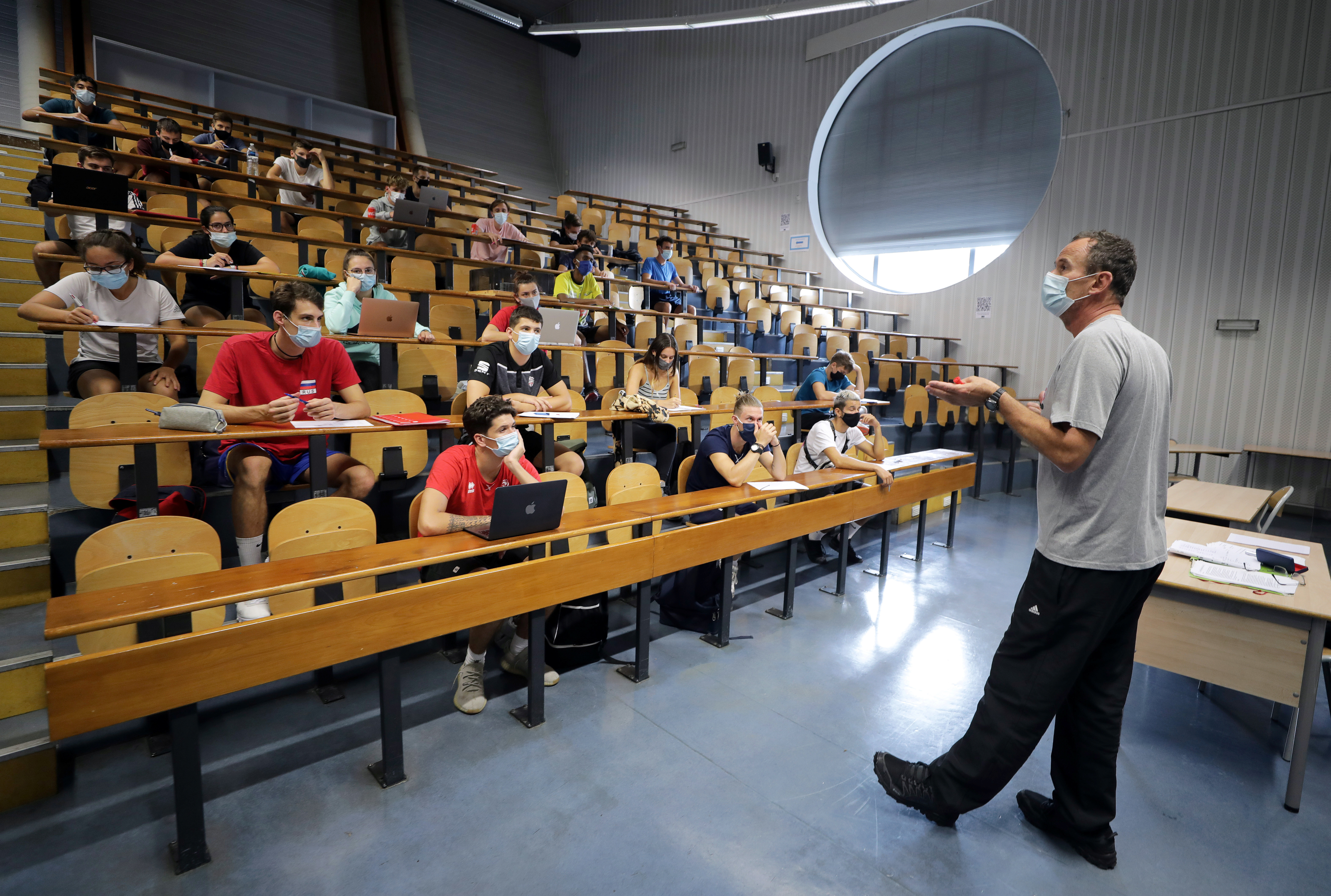 Students of the faculty of sport sciences at Universite Cote d'Azur wearing protective masks to avoid the spread of the coronavirus disease (COVID-19), attend a class in an auditorium, as French universities struggle to contain outbreaks at the beginning of the school year in Nice, France, September 24, 2020.  Picture taken  September 24, 2020.    REUTERS/Eric Gaillard - RC219J9XLK2L