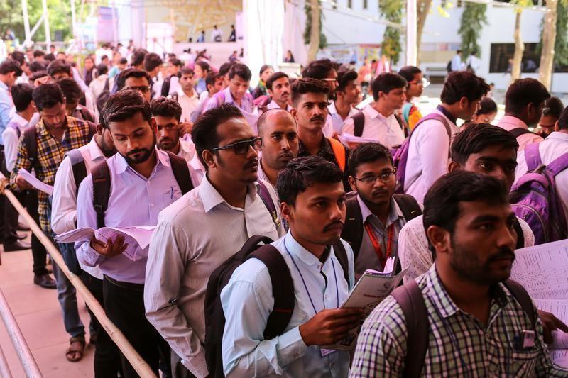 10月11日、インドでは、IT技術者にとってかつてないほど恵まれた時代が訪れている。写真は2019年2月、インド・チンチワッドの就職フェアに並ぶ求職者