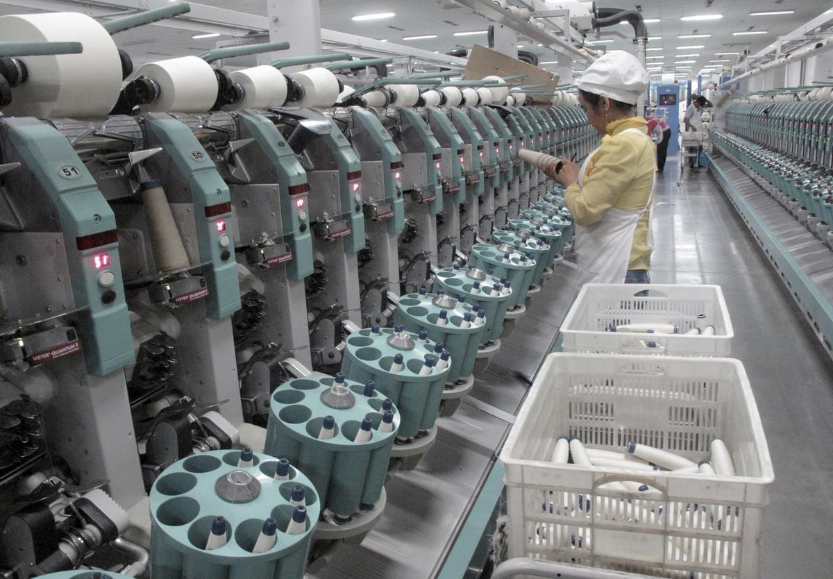 「衣料品メーカーは、公正な労働で生み出された製品を使用している」――。そんな消費者の信頼をつなぐ一筋の糸が、まさに切れようとしている。なぜならその糸は、中国製の綿糸だからだ。写真は2015年12月、新疆ウイグル自治区アクスの紡績工場で撮影