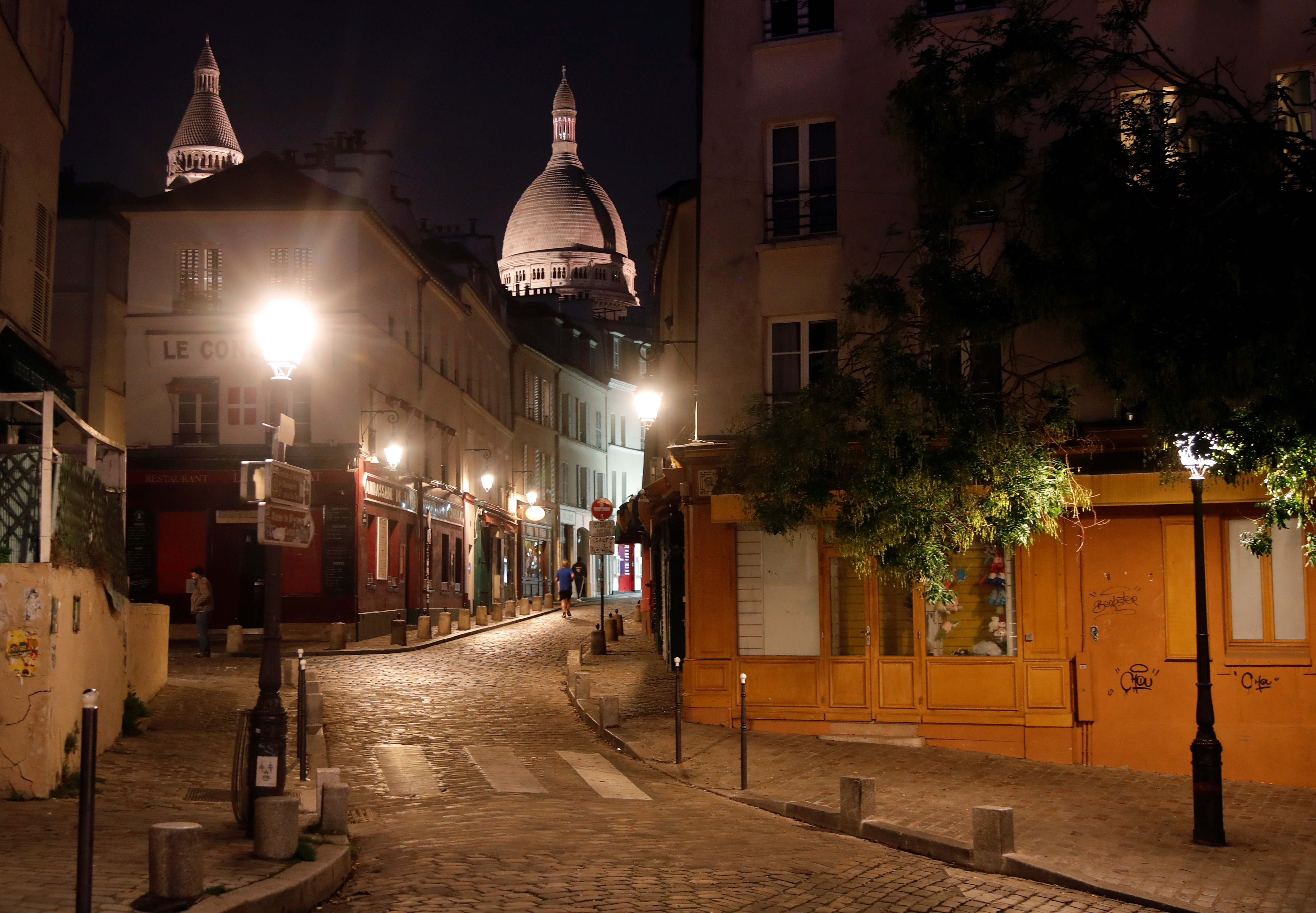 A street is seen in Montmartre few minutes before the nightly curfew due to restrictions against the spread of the coronavirus disease (COVID-19) in Paris, France, October 22, 2020. REUTERS/Charles Platiau - RC2WNJ9GDCPI
