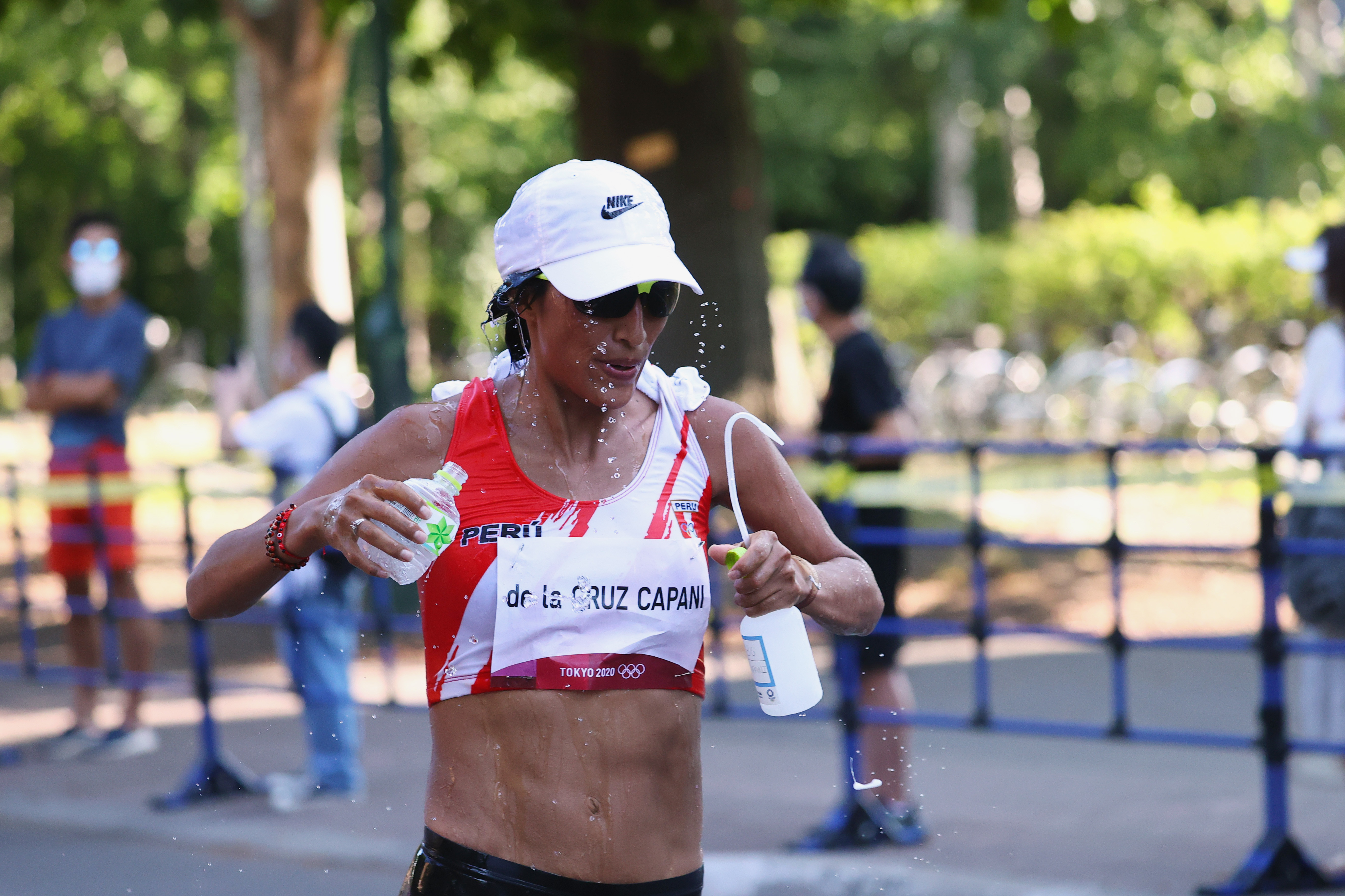 Tokyo 2020 Olympics: an athlete in the women's marathon splashes quarter on her face to cool down