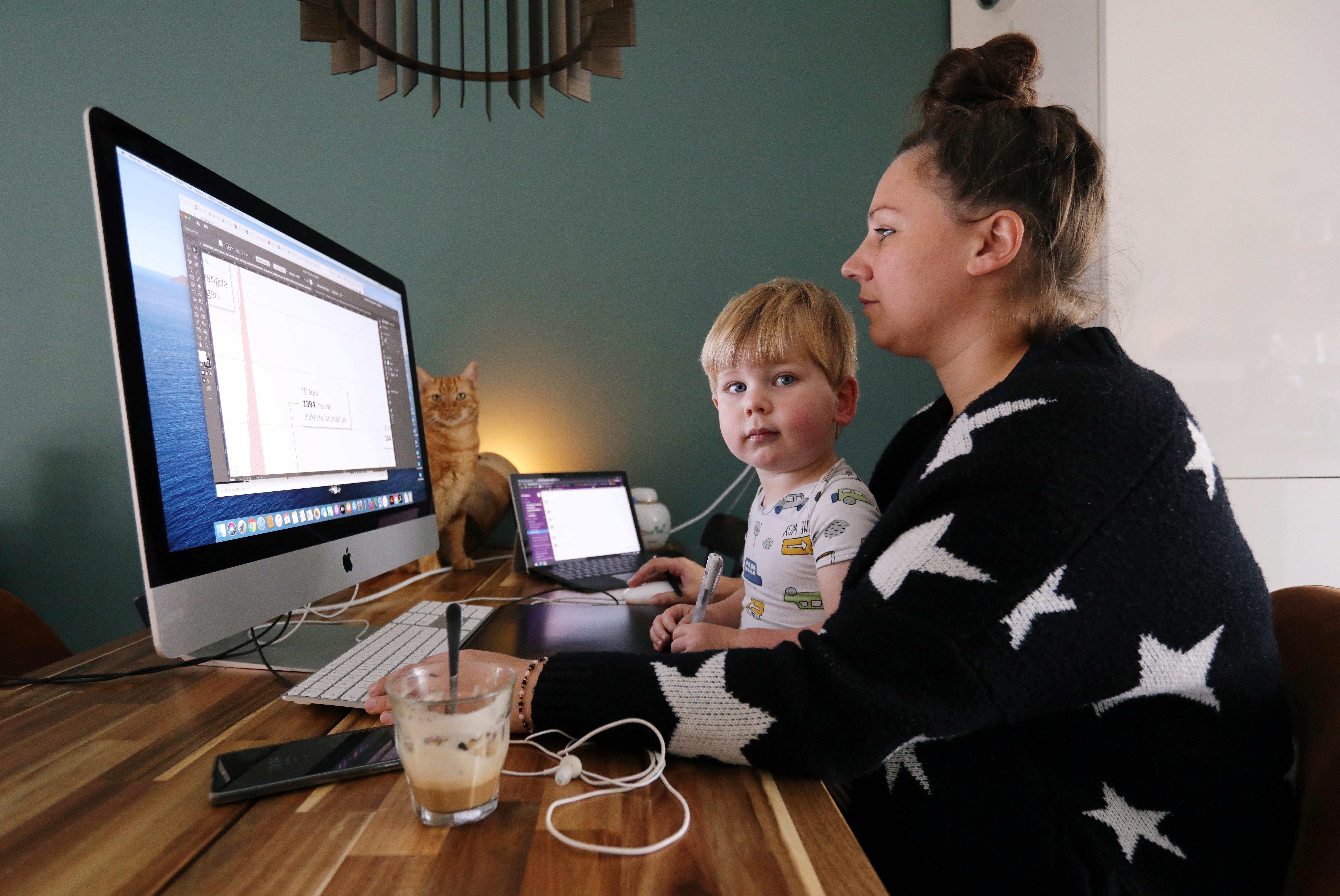 Una mujer trabaja en una casa mientras que los trabajadores se ven obligados a trabajar desde casa y exigen la devolución de los gastos extra de la oficina en casa durante el brote de la enfermedad coronavirus (COVID-19) en Sassenheim, Holanda, el 2 de octubre de 2020.