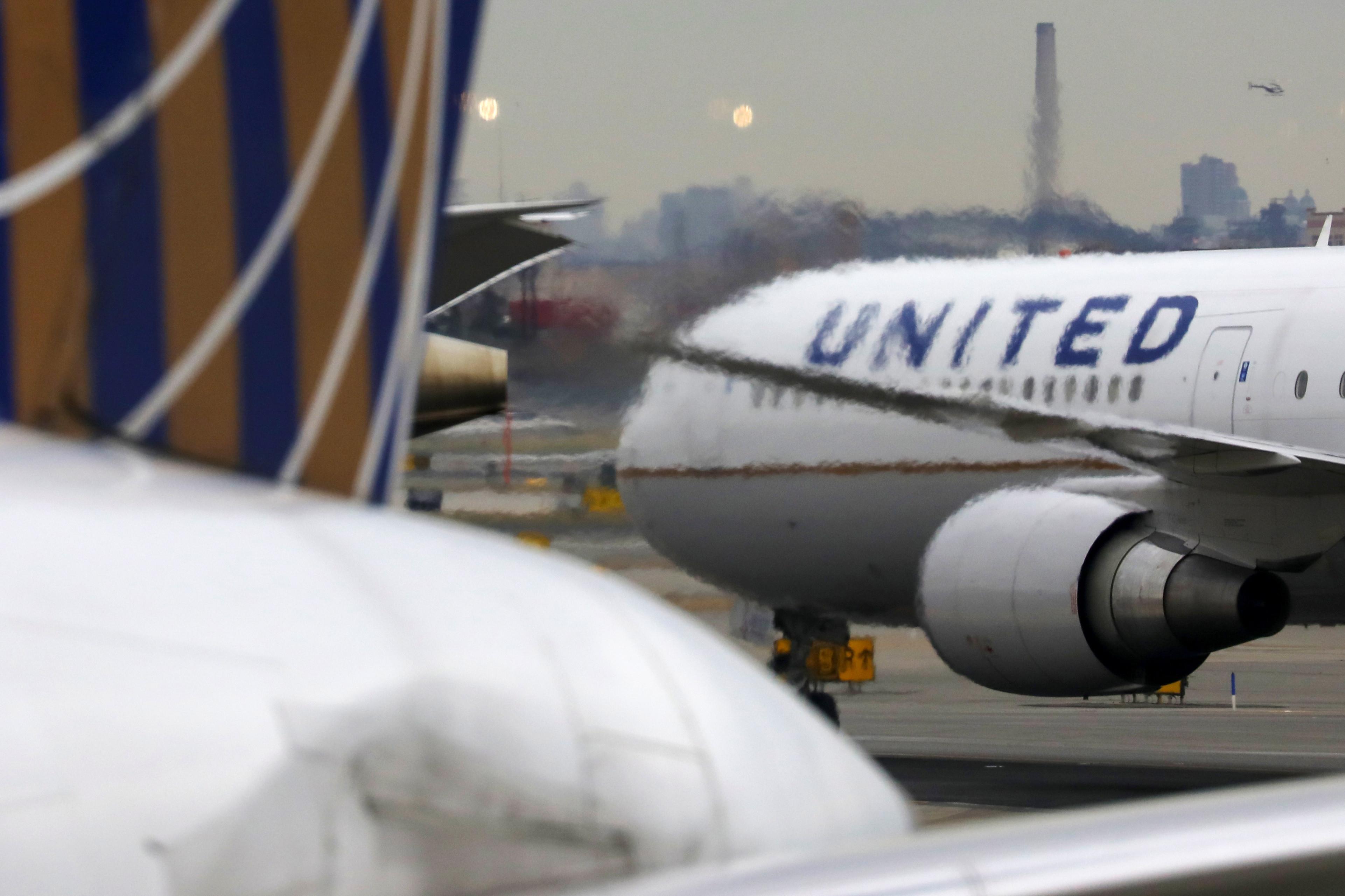 A United Airlines passenger jet taxis at Newark Liberty International Airport, New Jersey, U.S. December 6, 2019. REUTERS/Chris Helgren - RC2WPD913UQ2