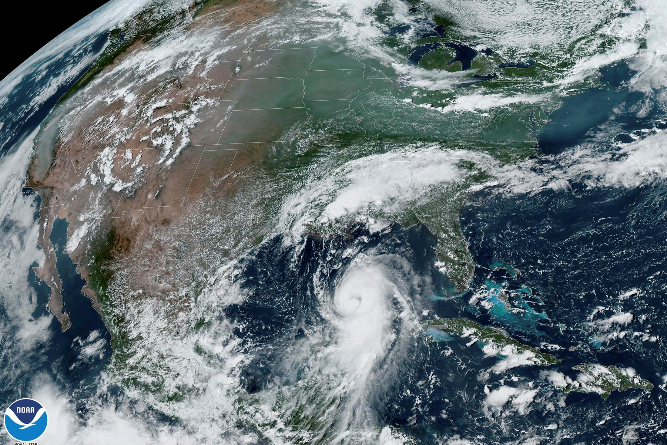 El huracán Laura arroja las costas de Texas y Louisiana en una imagen del satélite GOES-East de la Administración Nacional Oceánica y Atmosférica (NOAA) el 26 de agosto de 2020.