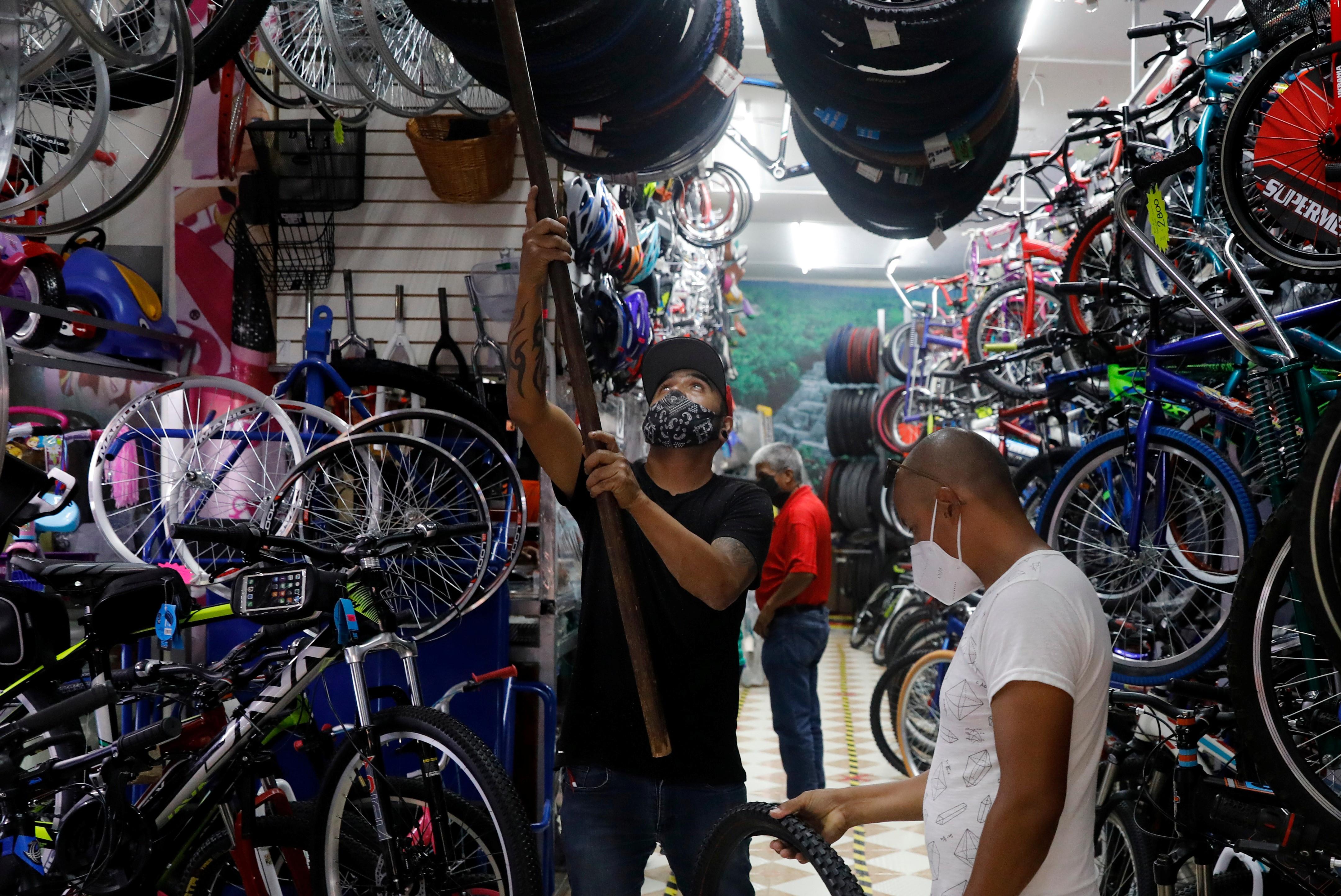 Un hombre mira las piezas de bicicleta dentro de una tienda mientras el brote de la enfermedad coronavirus (COVID-19) continúa en la Ciudad de México, México 27 de agosto de 2020.