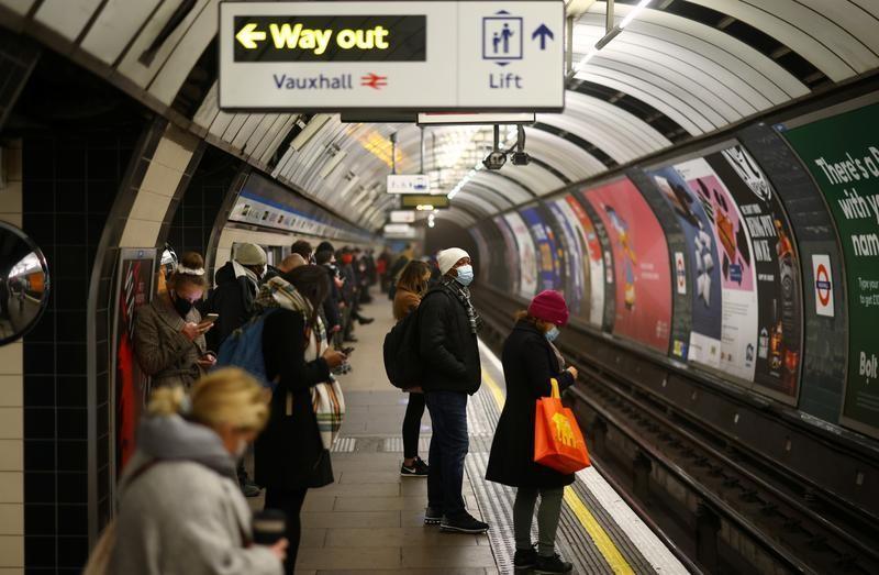 「ハイブリッド勤務」は、柔軟性のある妥協策として提示されることが多い。しかし現実には、どちらの世界にとっても最悪の結果をもたらす可能性が高い。写真はロンドンの地下鉄で1月撮影