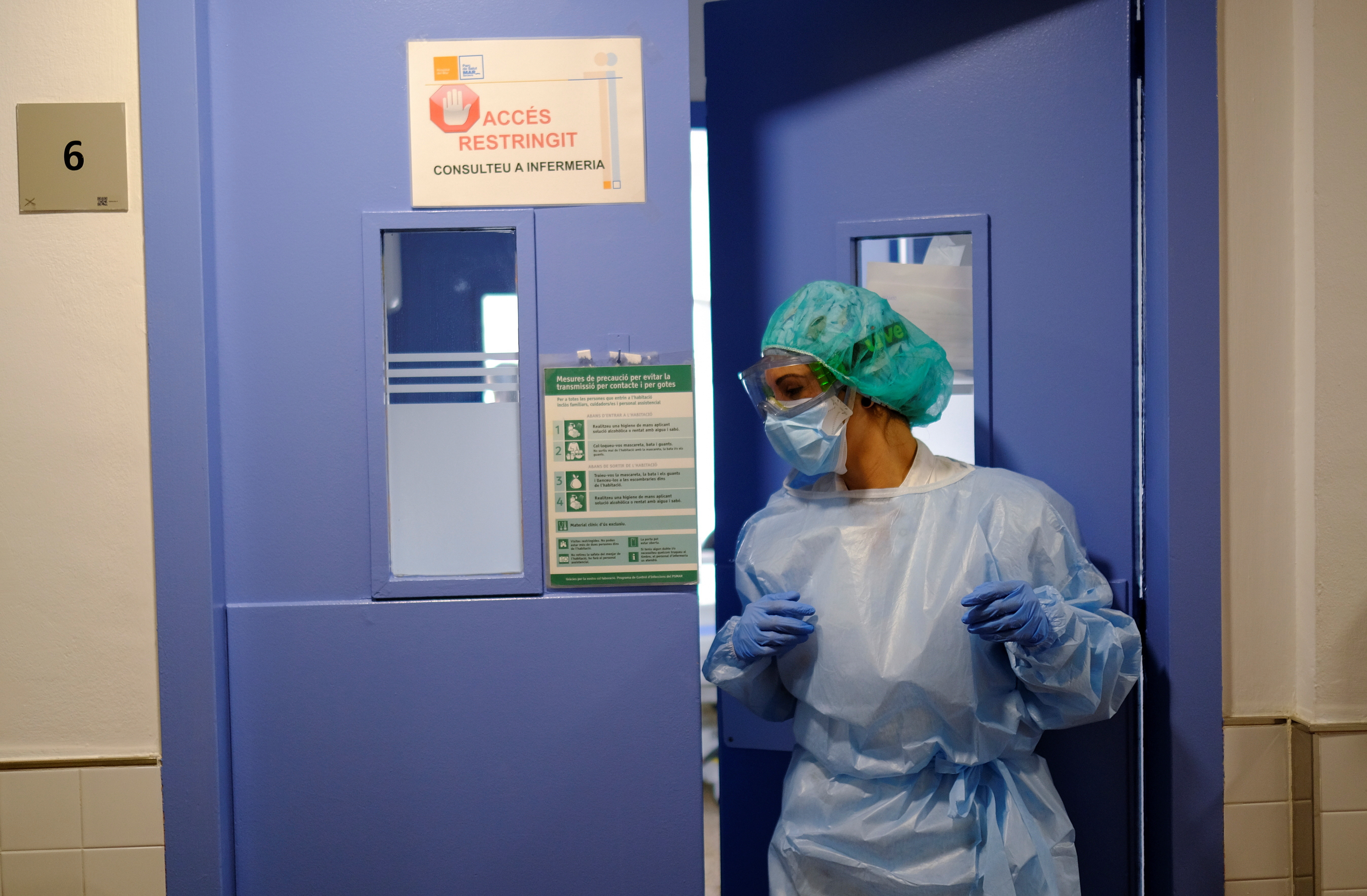 A hospital staff prepares to treat a patient suffering from coronavirus disease (COVID-19), after Catalonia's government imposed new restrictions in an effort to control a new outbreak of the coronavirus disease (COVID-19) in Barcelona, Spain, October 20, 2020. REUTERS/Nacho Doce - RC2HMJ9672V5