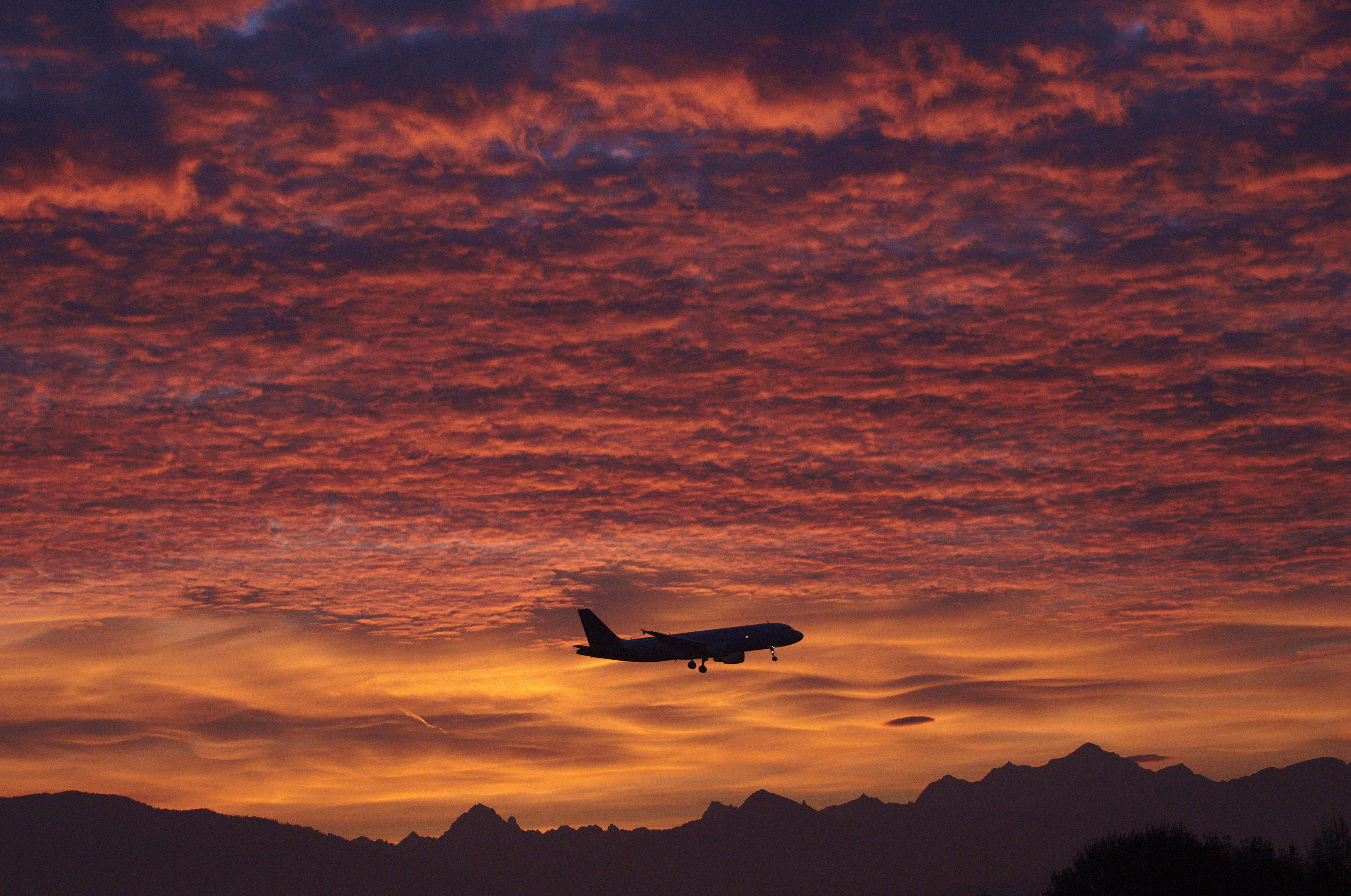 A Brussels Airlines aircraft prepares for landing in Cointrin airport during sunrise over the Mont Blanc in Geneva December 1, 2011.  REUTERS/Denis Balibouse   (SWITZERLAND - Tags: TRANSPORT) - GM1E7C11A6G01
