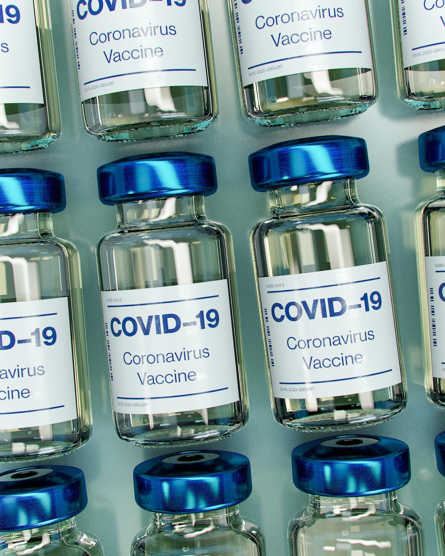 Pequeños viales de la vacuna COVID-19.
