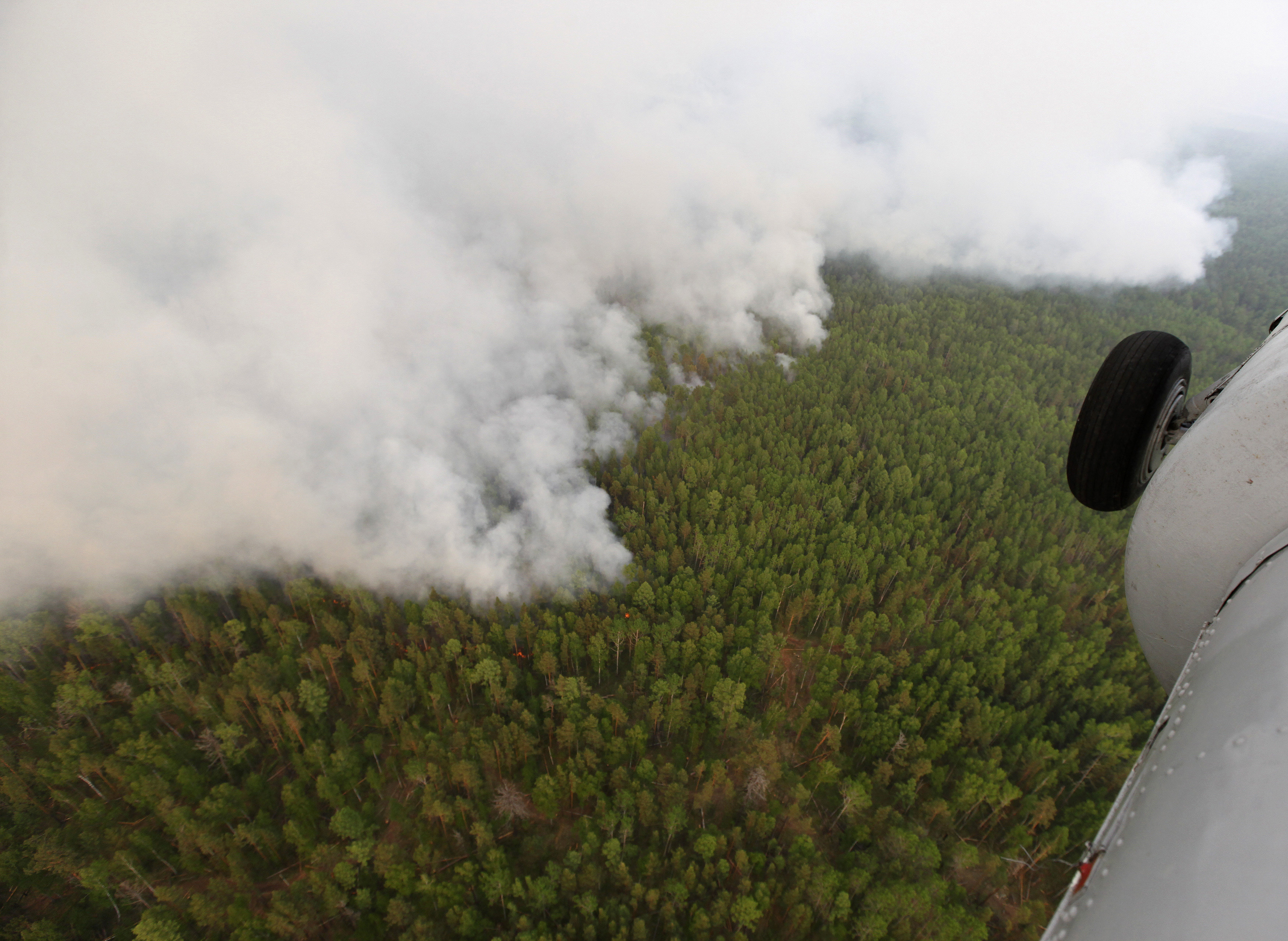 An aerial view shows the Taiga wood burning near the village of Boguchany, about 560 km (348 miles) northeast of Russia's Siberian city of Krasnoyarsk, June 2, 2011. Dry, hot weather, dry thunder storms and human factors influenced the distribution of the fires in Siberia, according to Emergencies Ministry members. Picture taken June 2, 2011. REUTERS/Ilya Naymushin (RUSSIA - Tags: ENVIRONMENT DISASTER IMAGES OF THE DAY) - GM1E7641BIG01