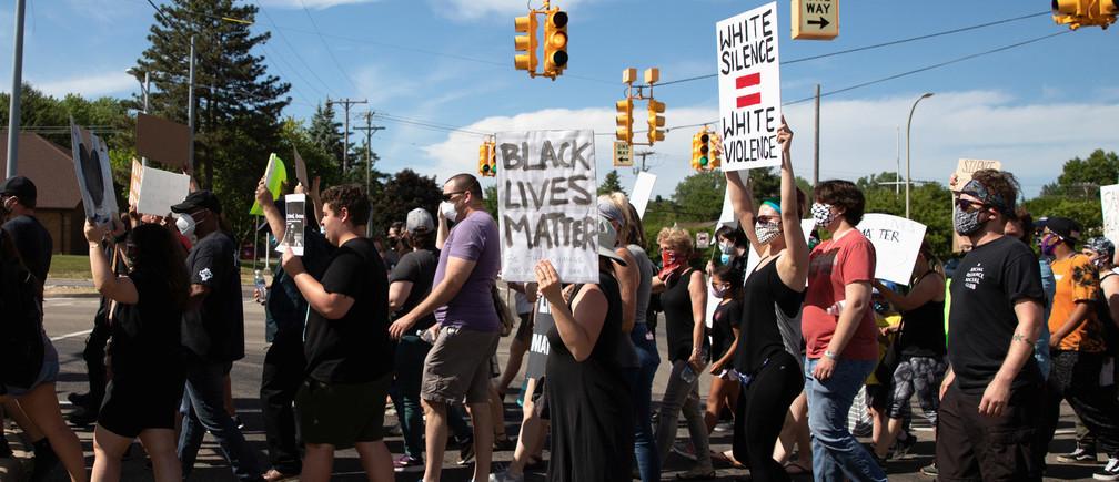 Desde las peticiones hasta la política, los blancos y las personas de color no negras pueden ayudar a poner fin a la injusticia racial sistémica.