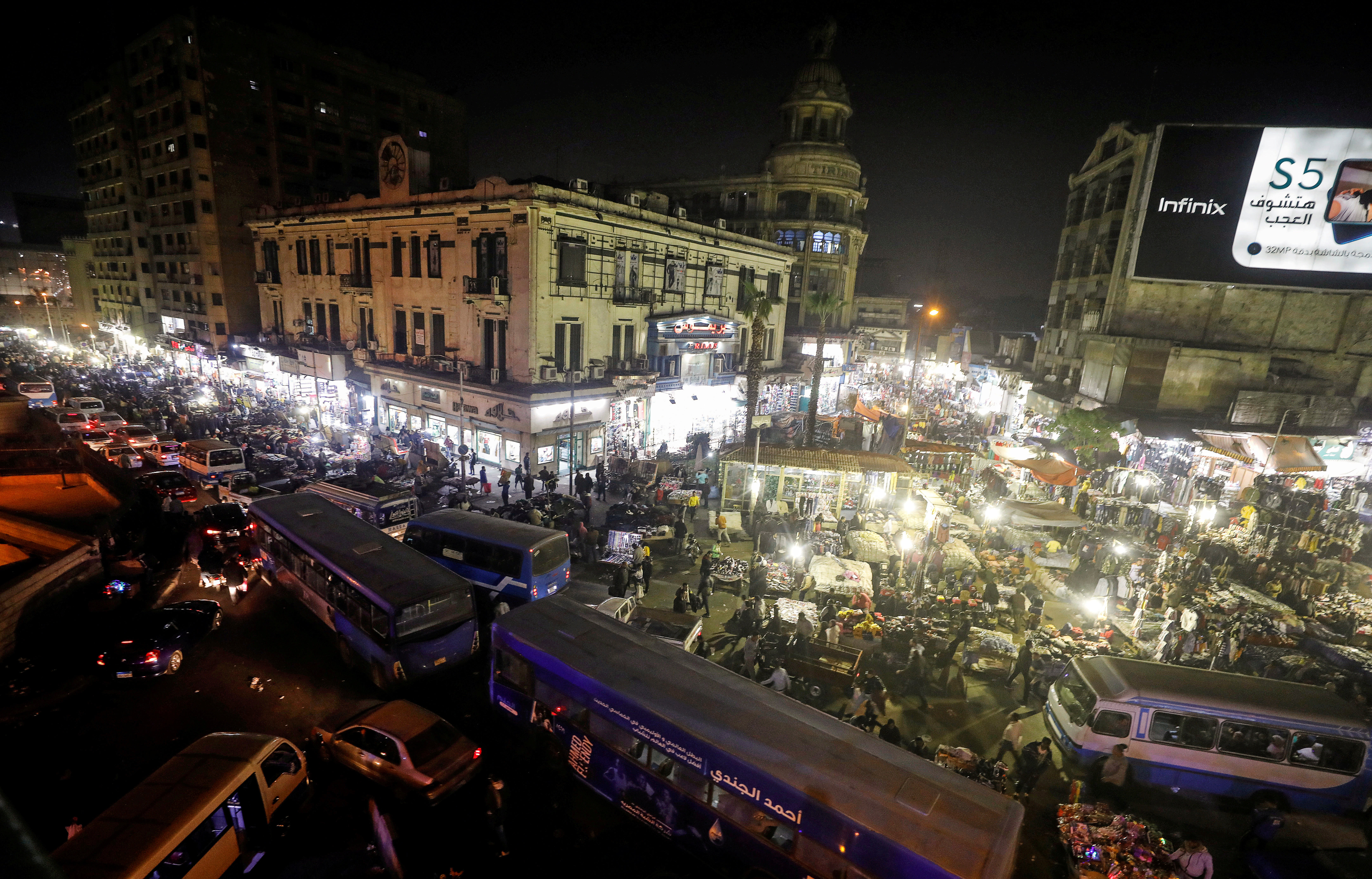 A general view shows the crowd and shops at Al Ataba, a popular market in central Cairo, Egypt January 28, 2020. Picture taken January 28, 2020. REUTERS/Mohamed Abd El Ghany     TPX IMAGES OF THE DAY - RC22RE9SLTNU