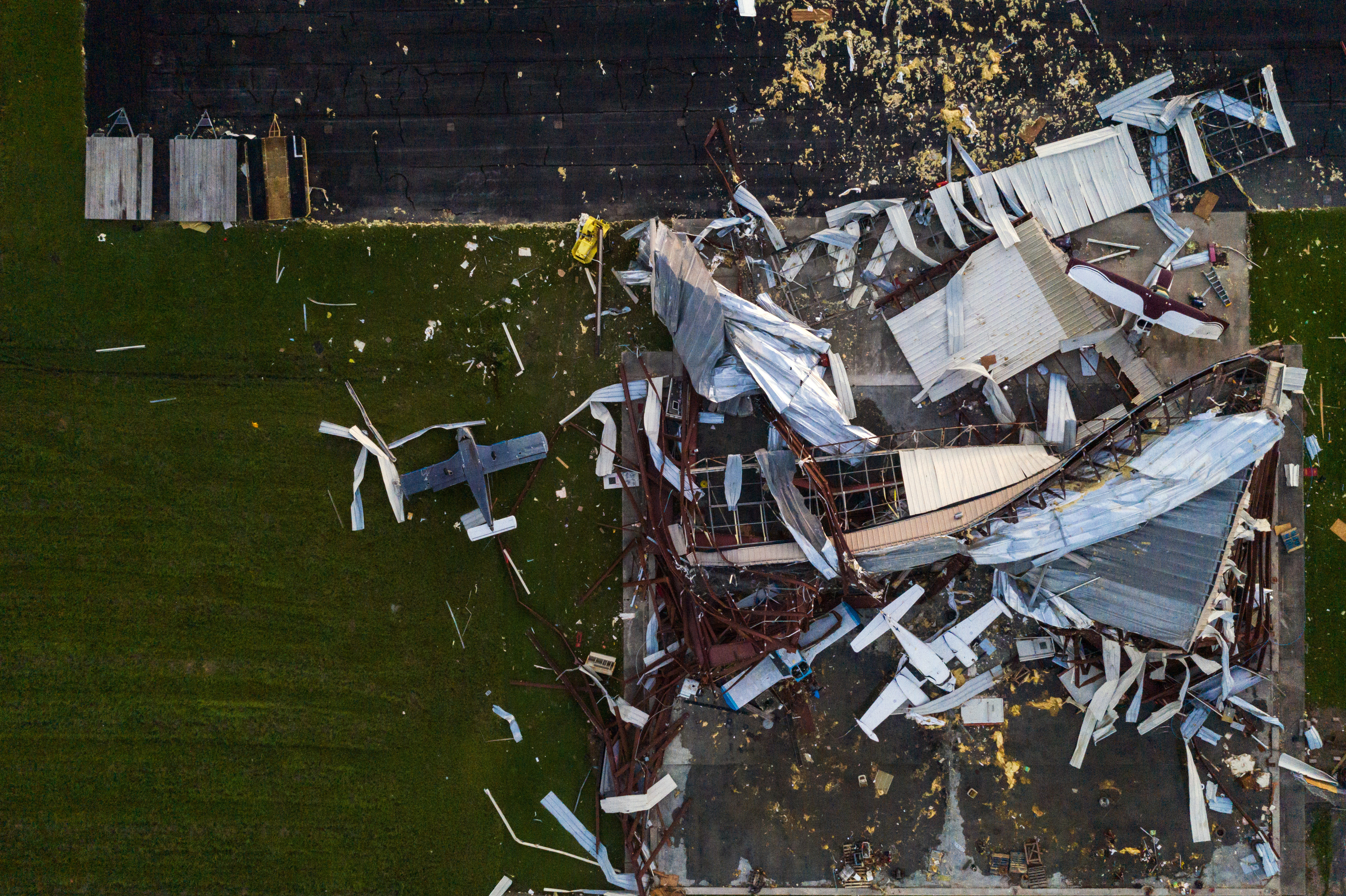 Los aviones destruidos yacen dañados alrededor de un hangar del aeropuerto de Southland Field después del huracán Laura en Sulphur, Louisiana, EE.UU., el 27 de agosto de 2020.