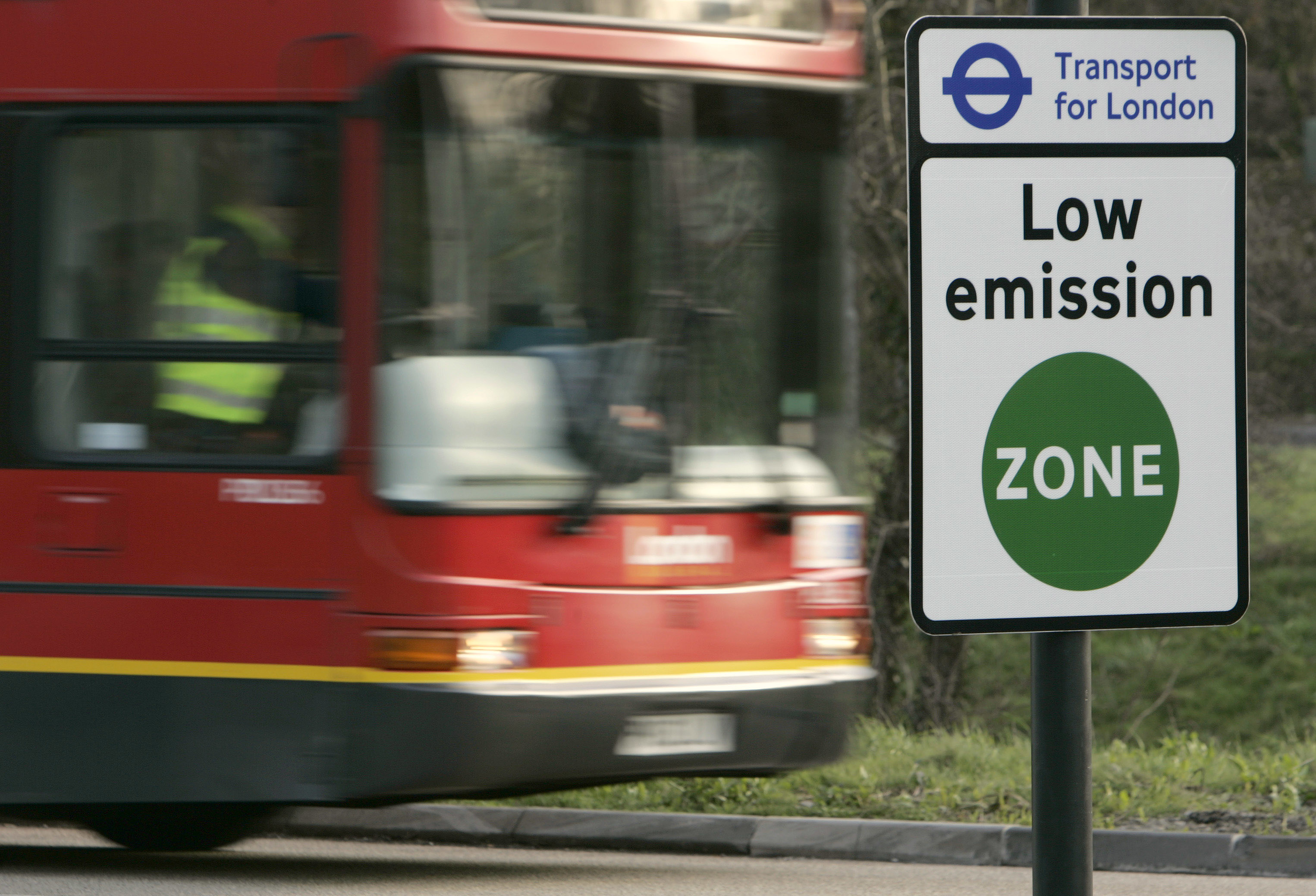 A vehicle passes a sign for the new Low Emissions Zone at Coulsdon in London February 3, 2008. Large vehicles that do not meet specific emission standards will be charged to travel within the London-wide zone, with the stated aim of improving the capital's air quality. The scheme comes into effect on Monday.        REUTERS/Luke MacGregor  (BRITAIN) - GM1DXEKXEIAA