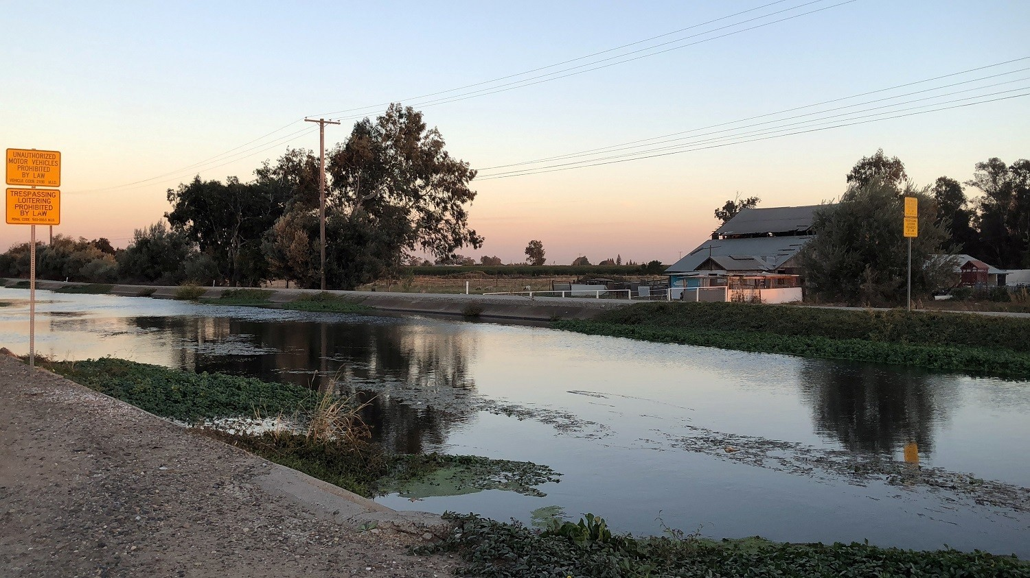 A canal carrying water used to irrigate almond groves and other crops, flows north of Modesto, California, U.S., October 29, 2018.  Picture taken October 29, 2018.  REUTERS/Ann Saphir - RC165534A320