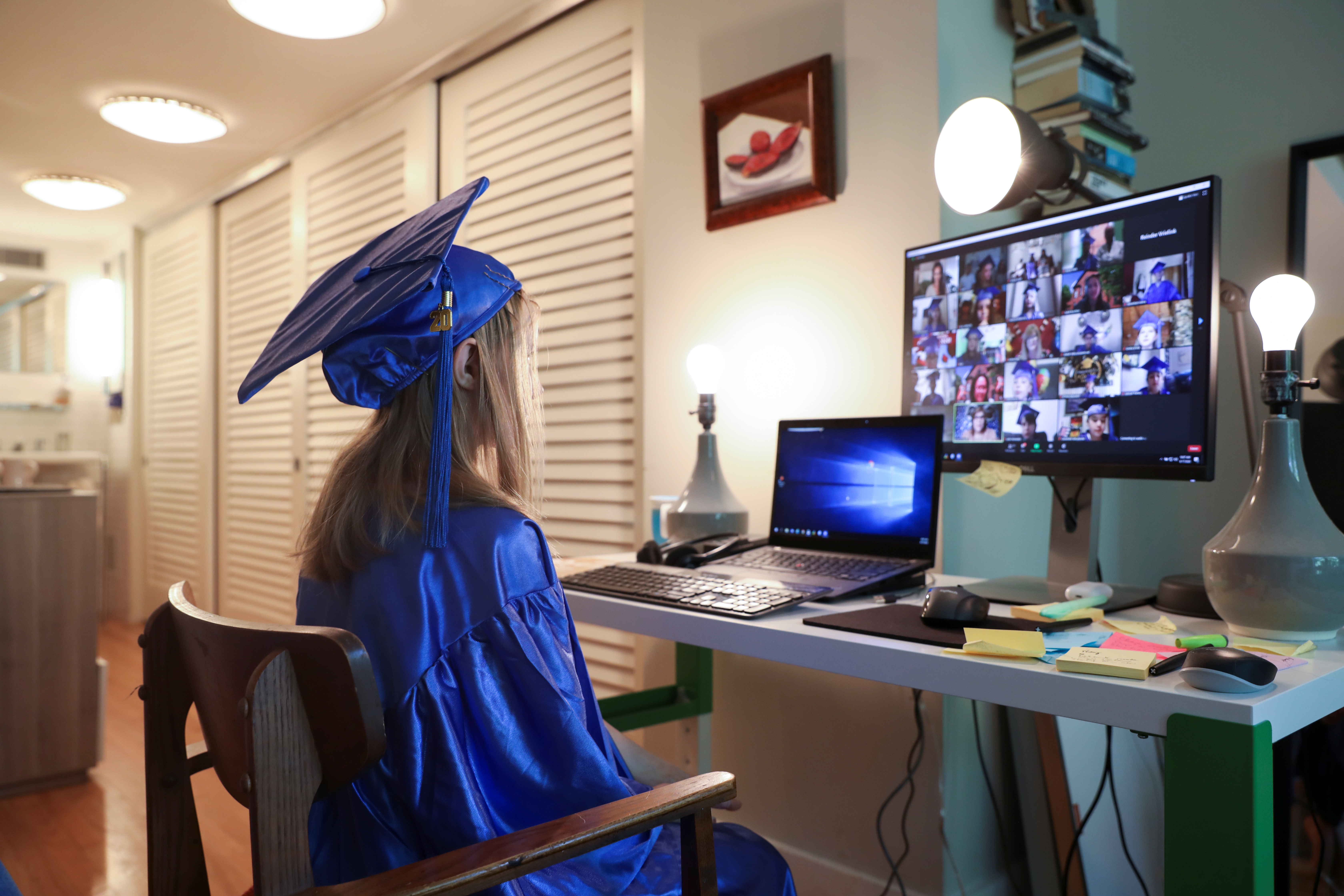 Lydia Hassebroek looks at a screen of her graduating class during a digital graduation ceremony at home during the outbreak of coronavirus disease (COVID-19) in Brooklyn, New York, U.S., June 17, 2020. REUTERS/Caitlin Ochs - RC29BH9KIFP0