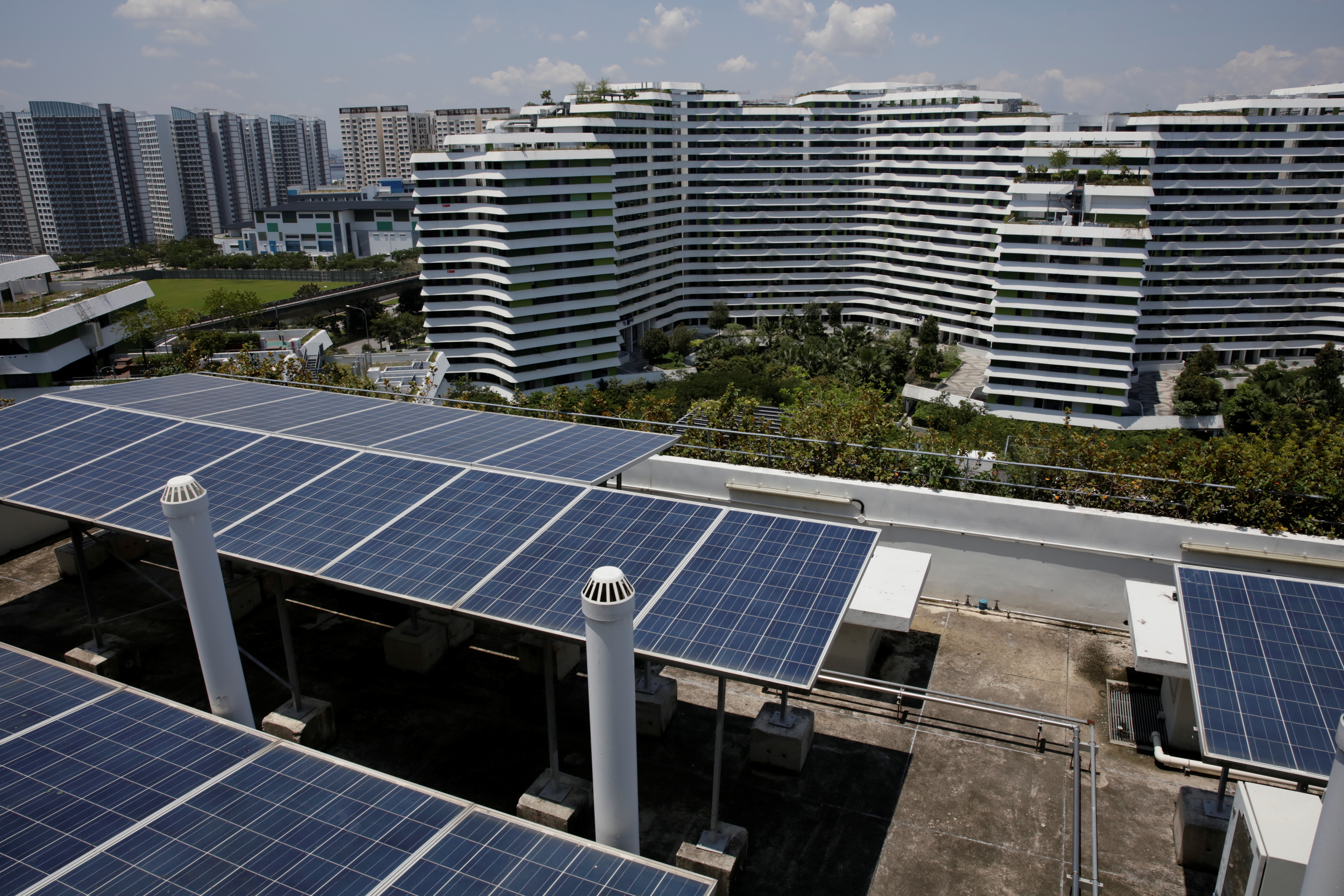 Solar panels are seen on the roof of a public housing block in Singapore September 23, 2018. Picture taken September 23, 2018.      REUTERS/Thomas White - RC1E382EC780