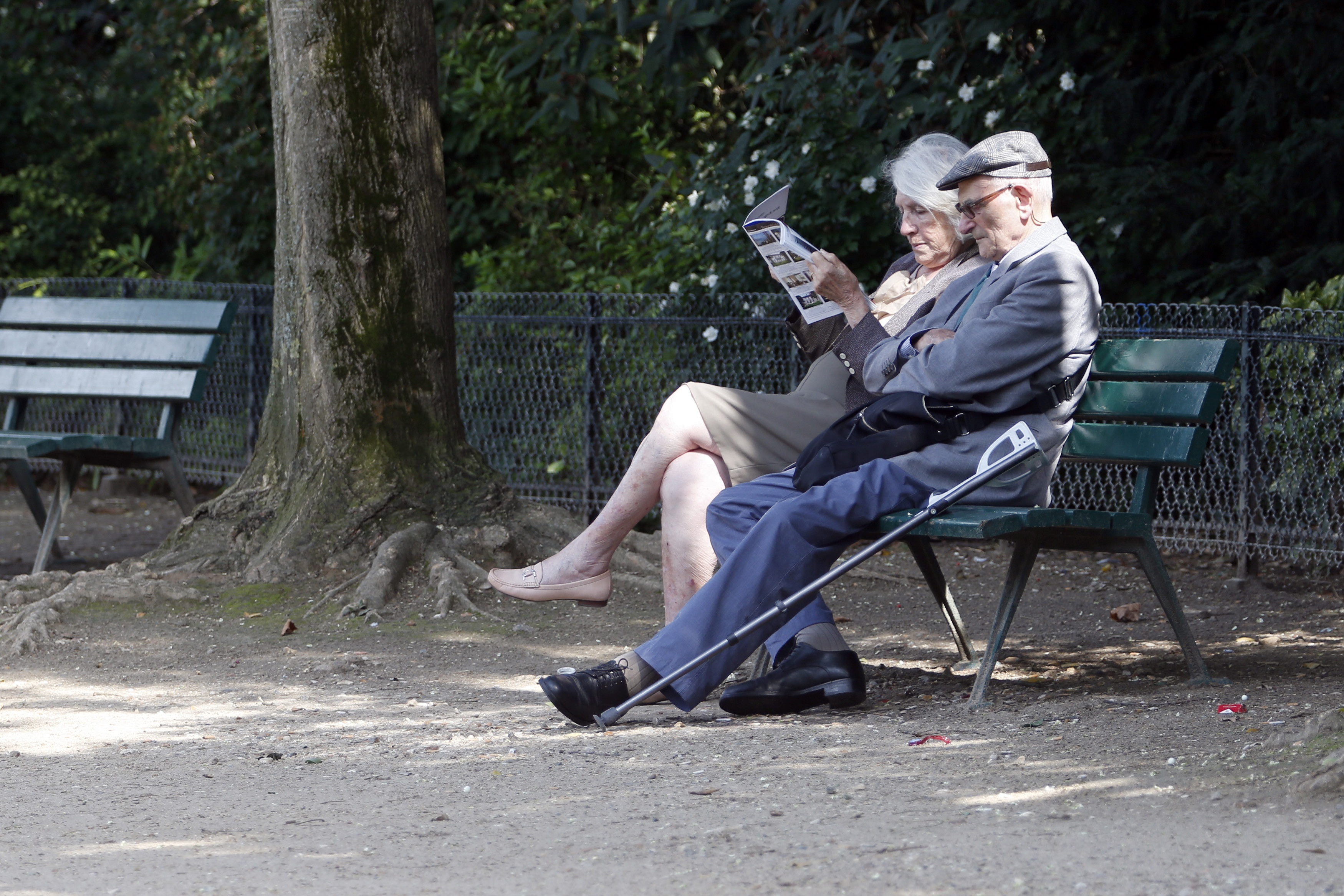 A retired elderly couple take advantage of the late summer weather in the gardens at the Champs de Mars in Paris, August 26, 2013.  France's government, which has been meeting with labour union heads about retirement issues, neared a deal with trade unions on Monday to overhaul the pension system via a slight lengthening of working lives, union chiefs said, as Europe's number two economy sought to bring a spiralling deficit under control.  REUTERS/Charles Platiau   (FRANCE - Tags: SOCIETY POLITICS BUSINESS EMPLOYMENT) - PM1E98Q1CHJ01