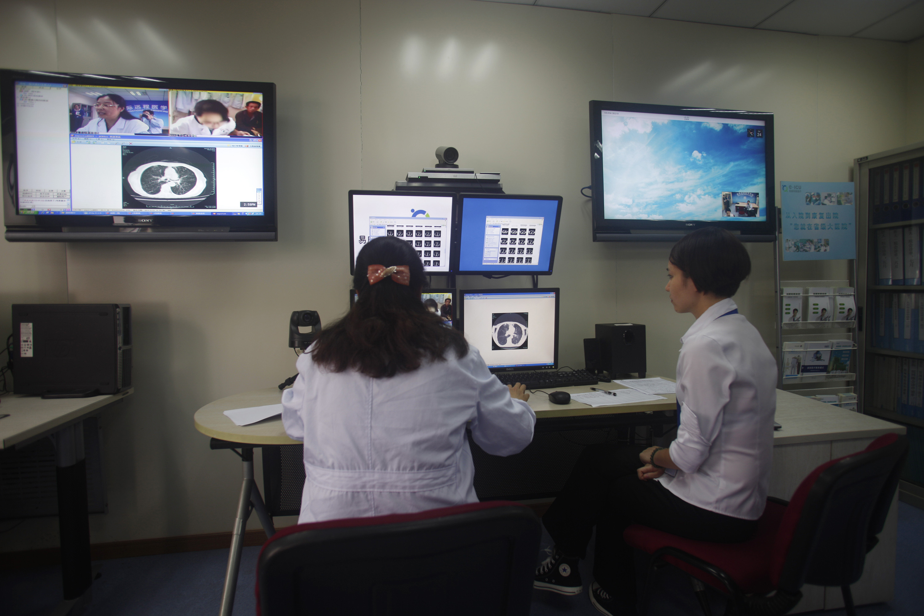 image of doctors diagnosing a patient remotely at the First Hospital of Zhejiang Province in Hangzhou, Zhejiang province