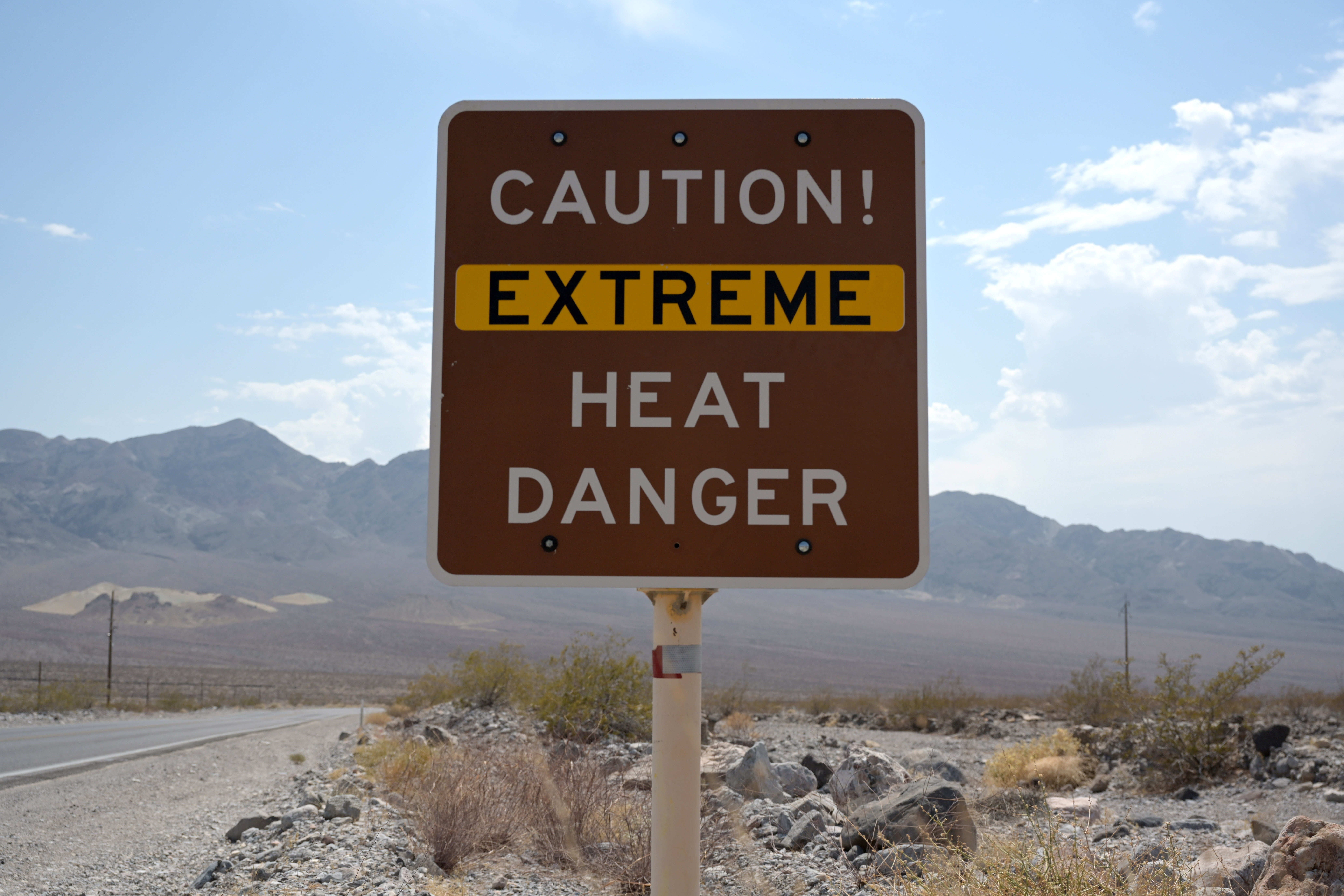 A sign warns of extreme heat in Death Valley, California, U.S., July 11, 2021. REUTERS/Bridget Bennett - RC2MIO90O6BO