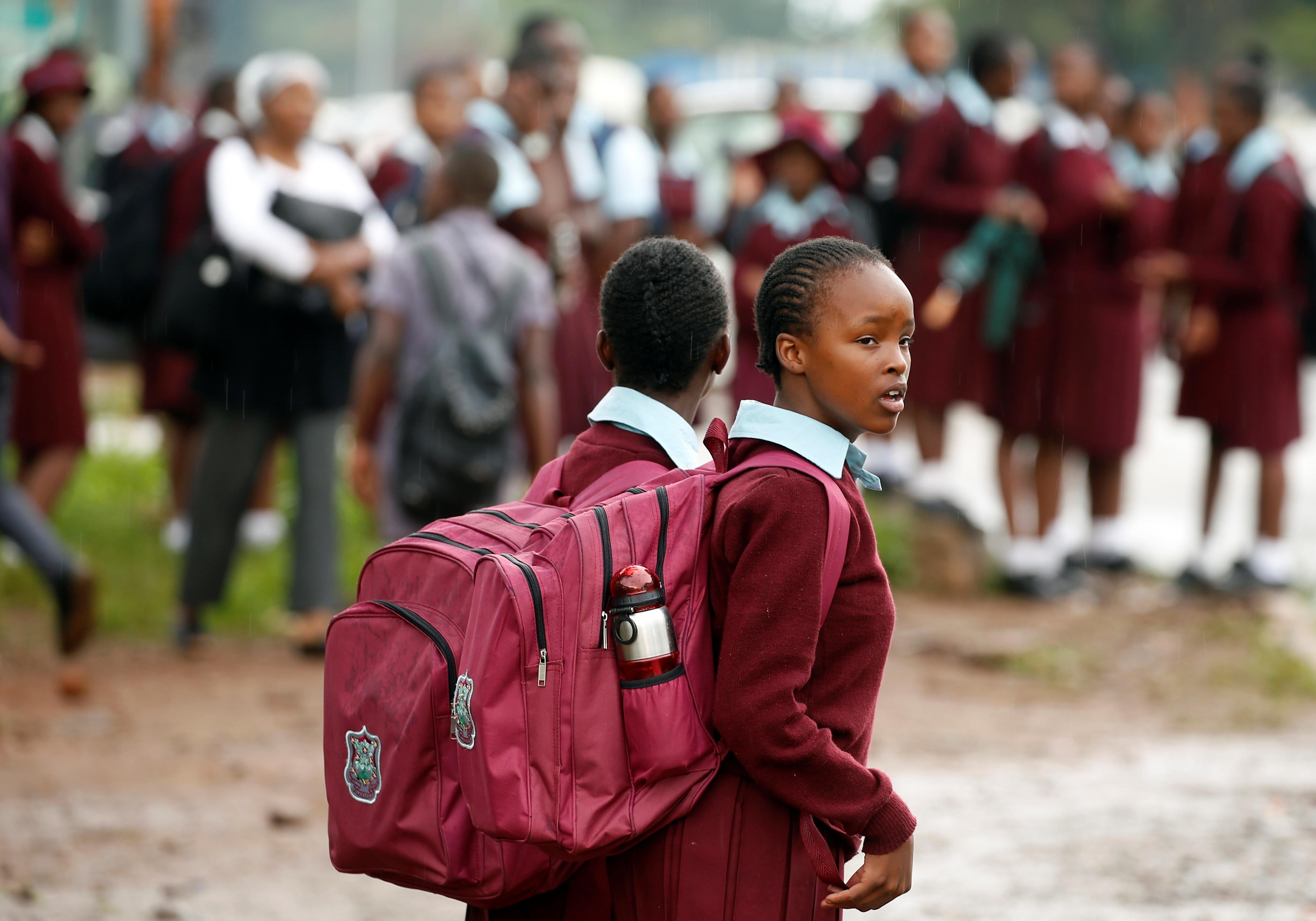 Zimbabwean school children walk home from school in Harare, Zimbabwe, January 10, 2019. REUTERS/Philimon Bulawayo - RC1D67B5BB00