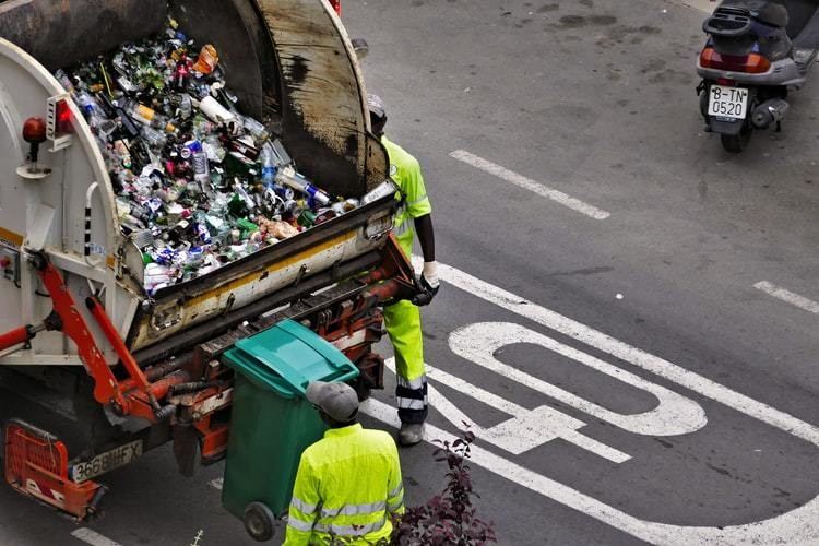a picture of a rubbish bin containing landfill, symbolic of the world's large food waste problem