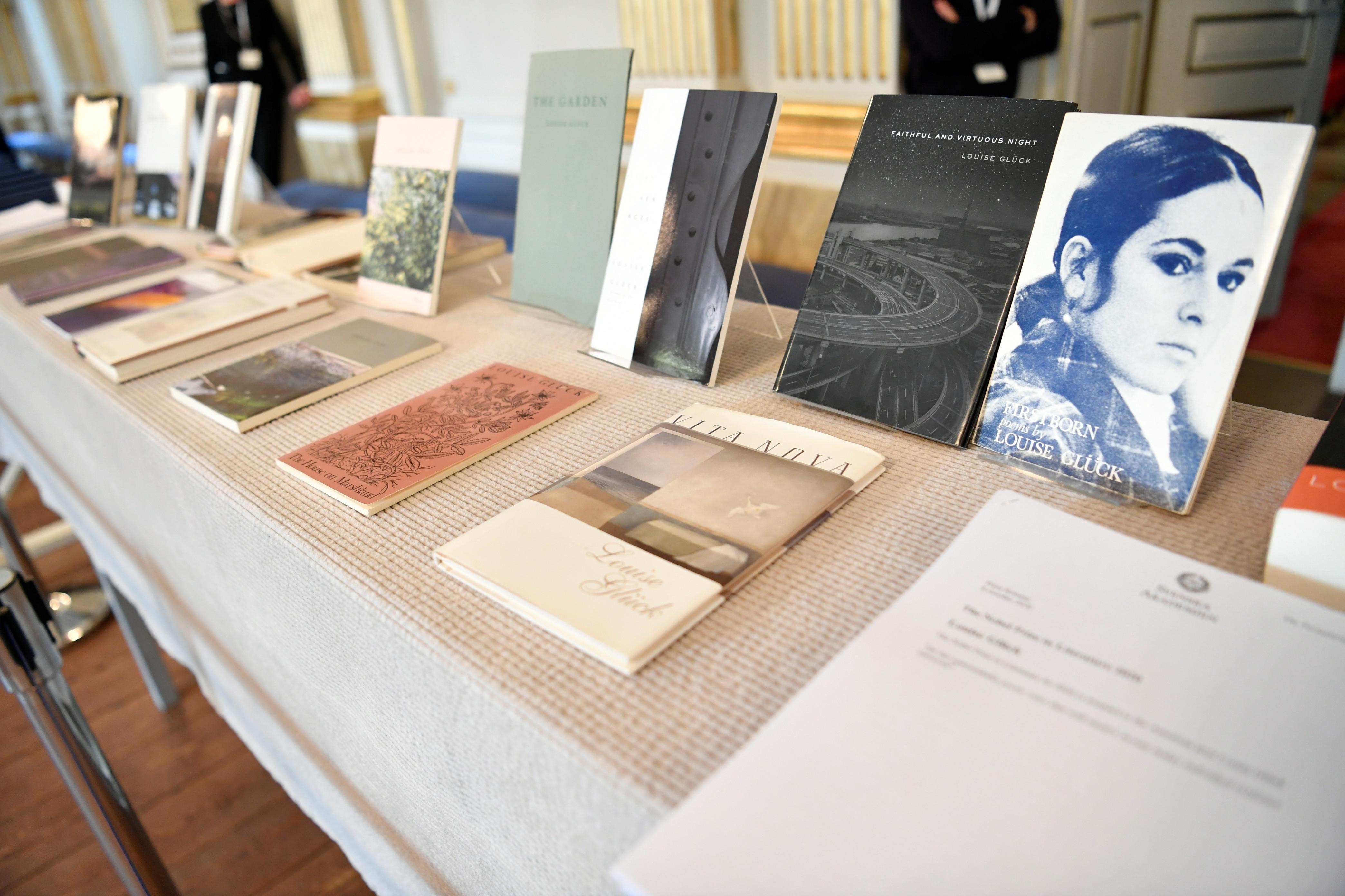 Una selección de libros escritos por la poetisa americana Louise Gluck.