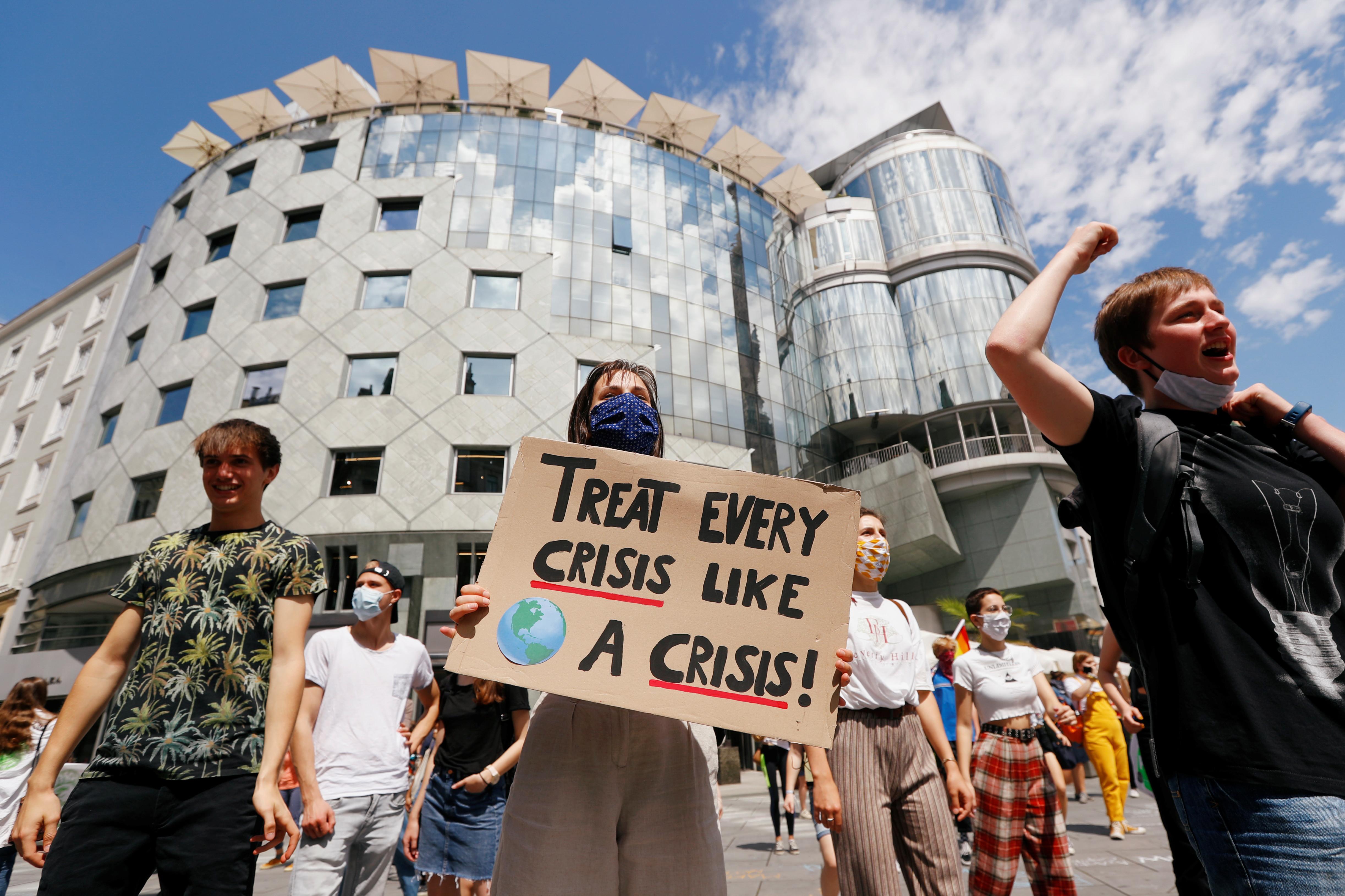 La gente asiste a una marcha de protesta para llamar a la acción contra el cambio climático, mientras continúa la propagación de la enfermedad coronavirus (COVID-19), en Viena, Austria, el 26 de junio de 2020.