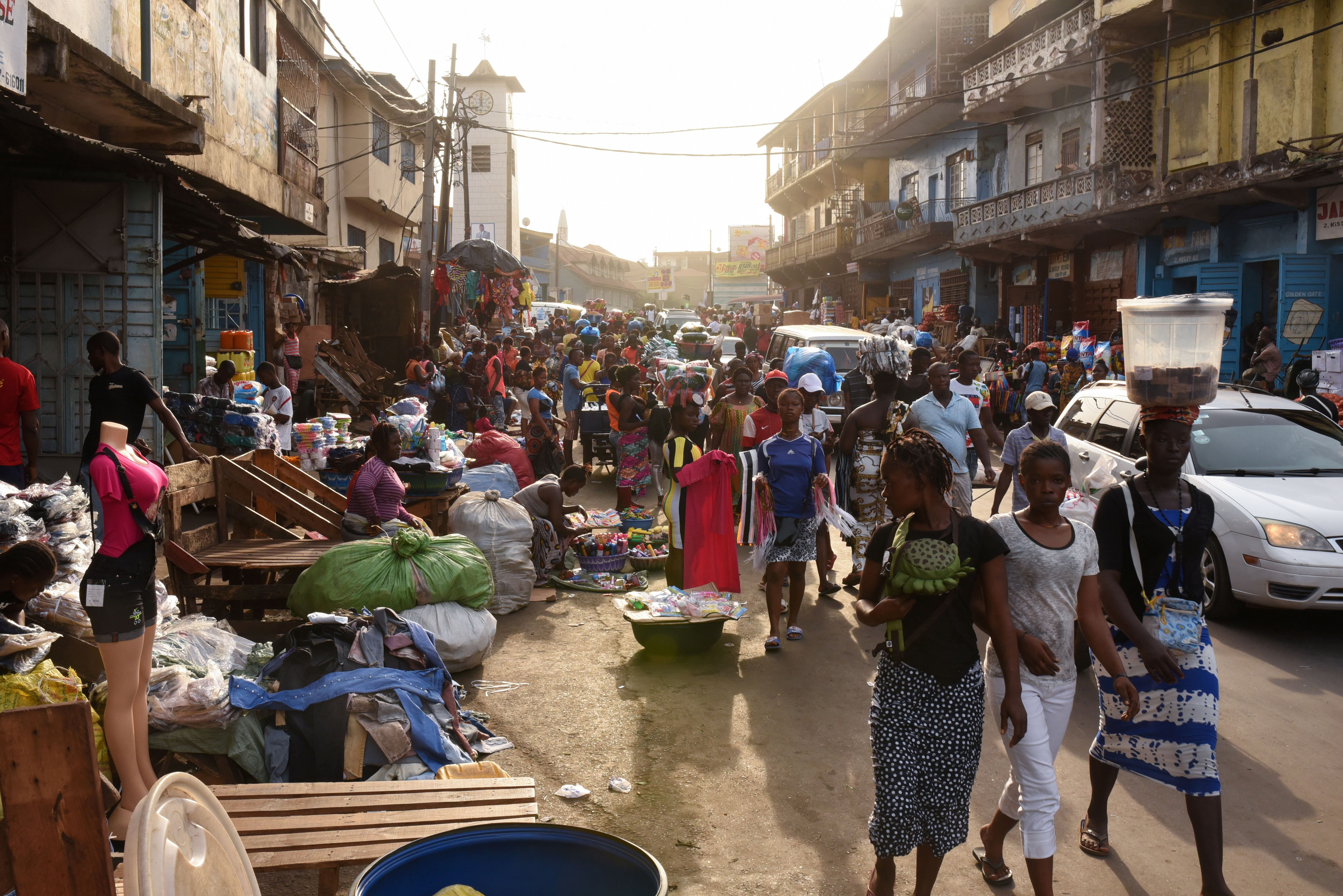Crowds of people walk through the Abacha Street market amid the coronavirus disease (COVID-19) outbreak in Freetown, Sierra Leone March 19, 2020. REUTERS/Cooper Inveen - RC2XMF9XFHVL