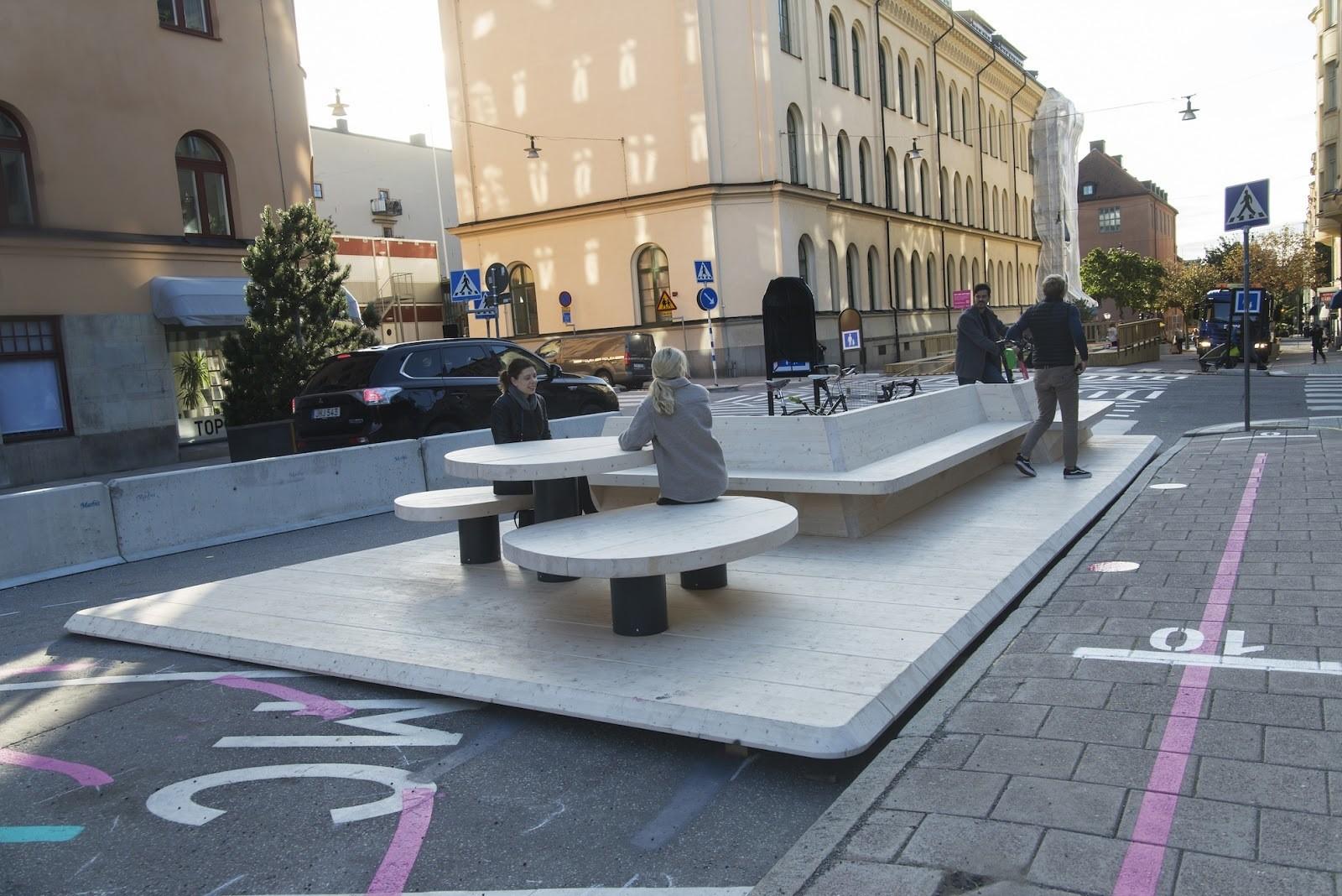 image de plusieurs places de parking à Stockholm qui ont été converties en espace de réunion