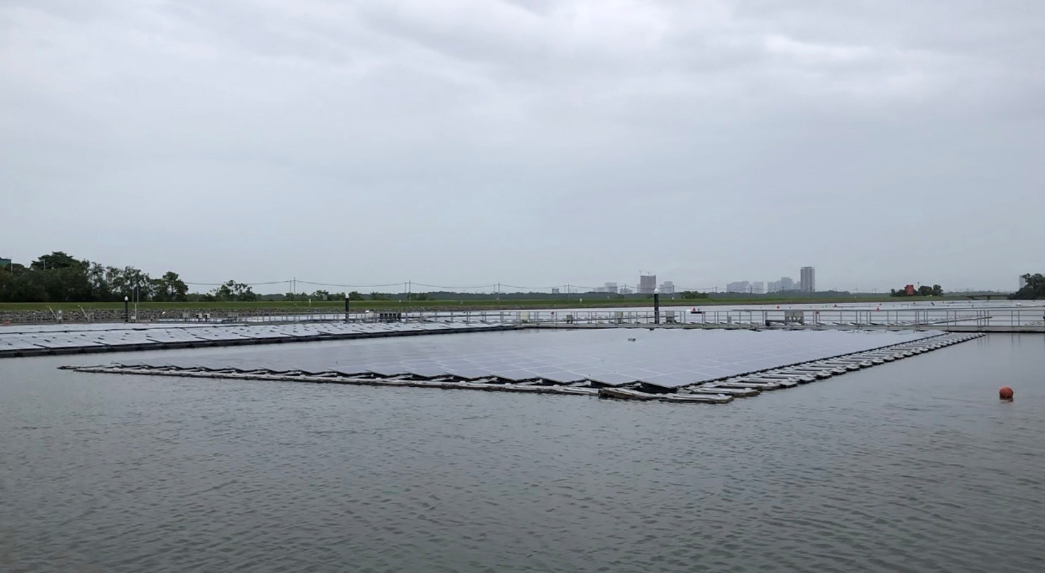 world-largest-floating-solar-panel-farms-in-Singapore