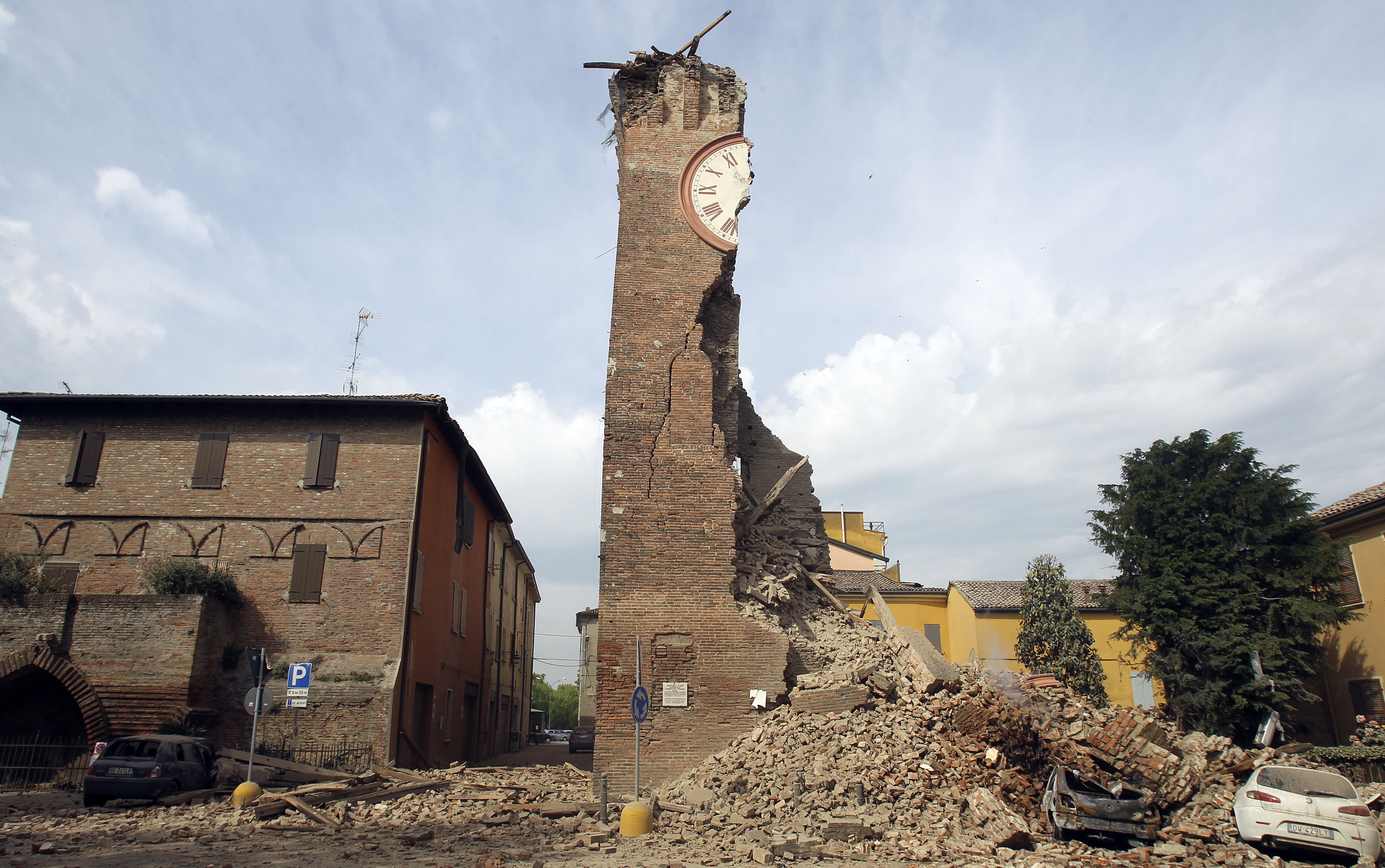 The old tower is seen collapsed after an earthquake in Finale Emilia May 20, 2012. A strong earthquake rocked a large swathe of northern Italy early on Sunday, killing at least three people and causing serious damage to the area's cultural heritage. The epicentre of the 6.0 magnitude quake, the strongest to hit Italy in three years, was in the plains near Modena in the Emilia-Romagna region of the Po River Valley. REUTERS/Giorgio Benvenuti  ( ITALY - Tags: DISASTER ENVIRONMENT TPX IMAGES OF THE DAY) - GM1E85K1A5S01
