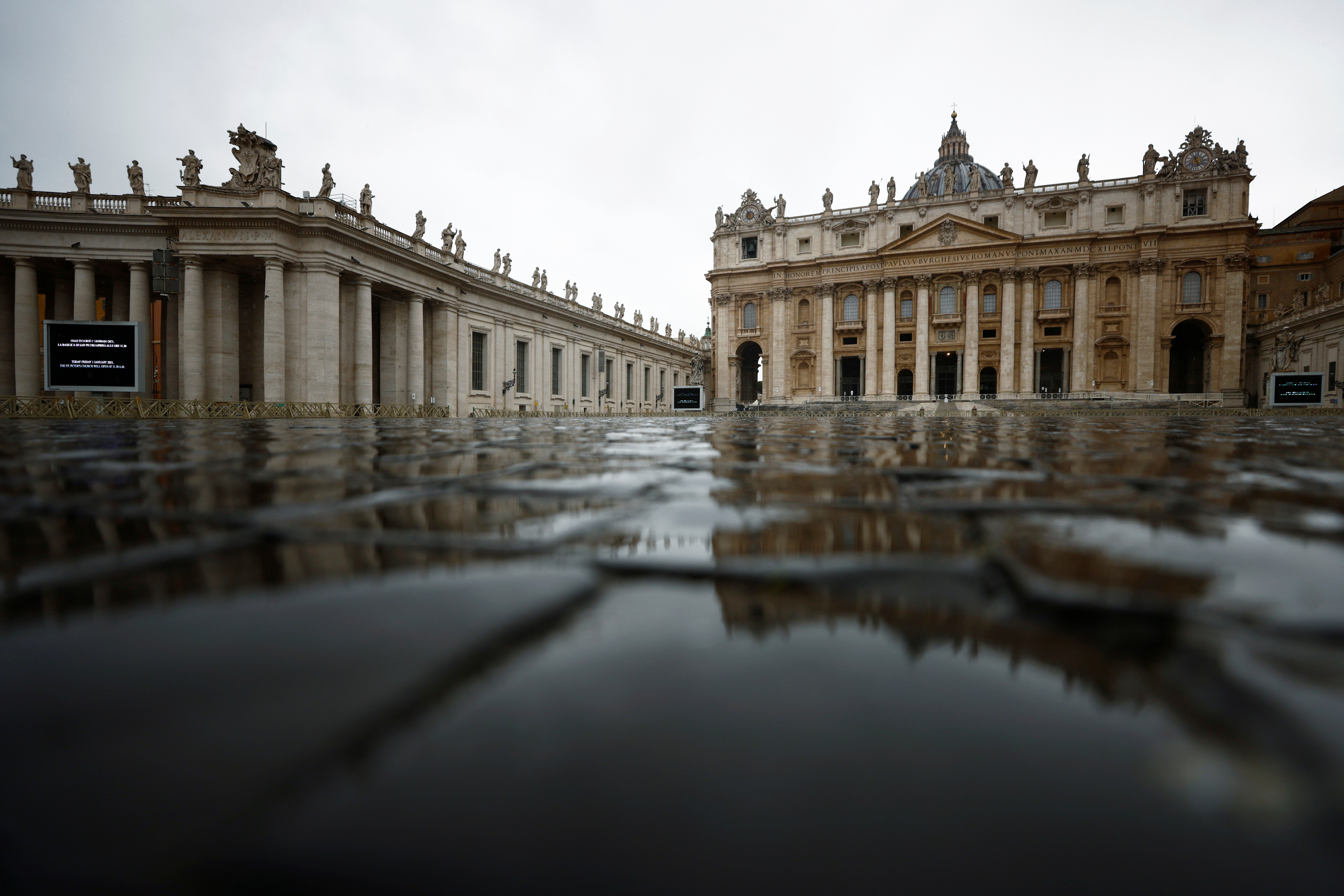 General view of deserted St.Peter's square on New Year's Day amid the coronavirus disease (COVID-19) outbreak, at the Vatican, January 1, 2021. REUTERS/Guglielmo Mangiapane - RC2YYK9N6IL6