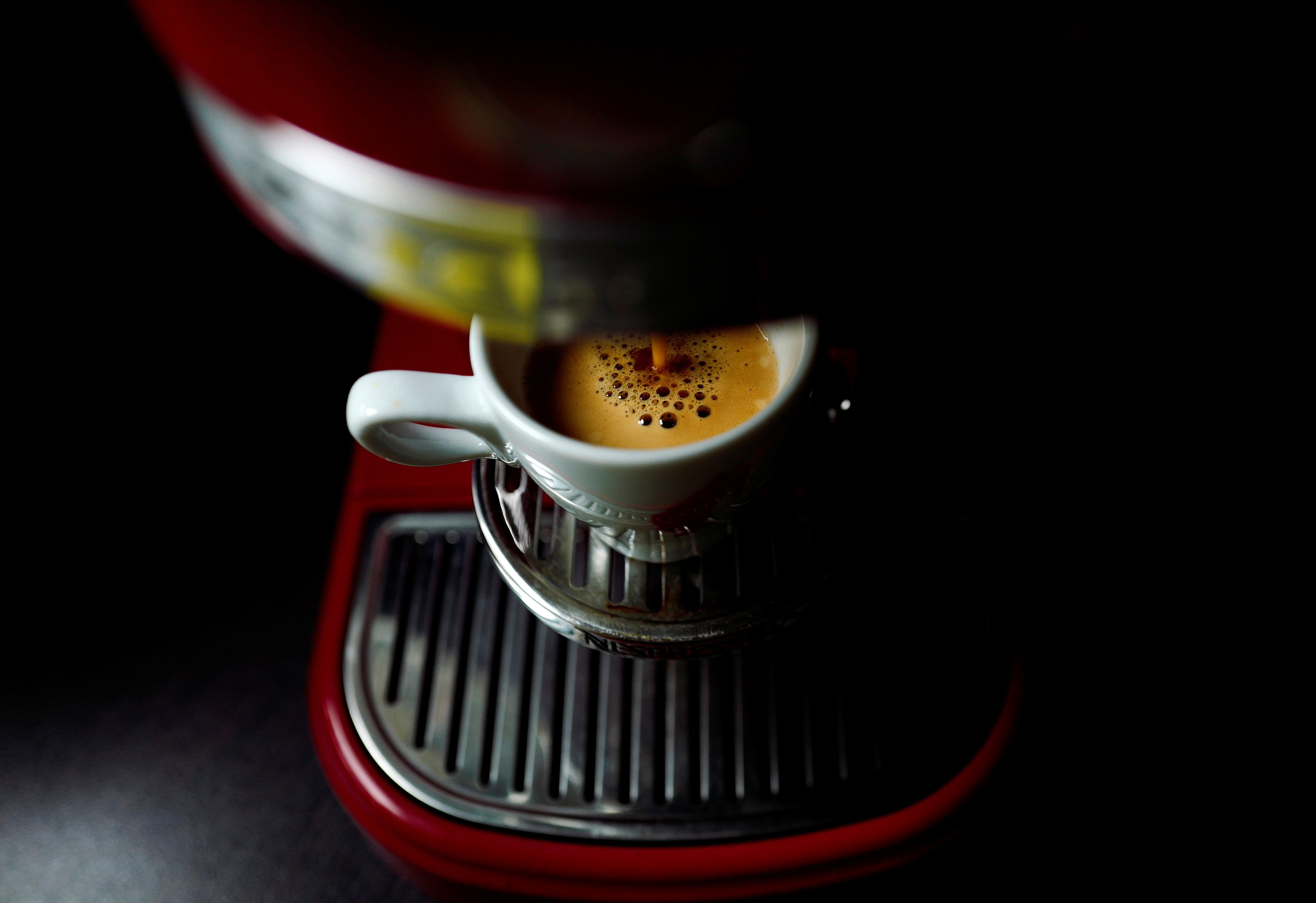An illustration picture shows an espresso made from a Nespresso capsule with a kitchen-aid coffee maker, May 1, 2017.  REUTERS/Kai Pfaffenbach/Illustration - RC15C12901F0