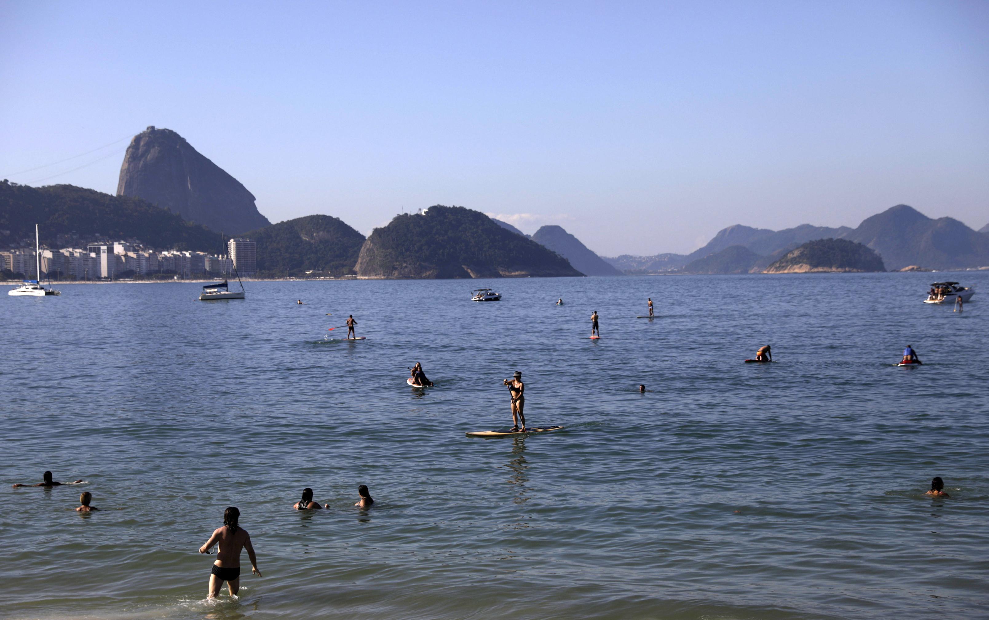 Los playeros disfrutan de la playa de Copacabana en medio del brote de la enfermedad coronavirus (COVID-19) en Río de Janeiro, Brasil, el 21 de junio de 2020.