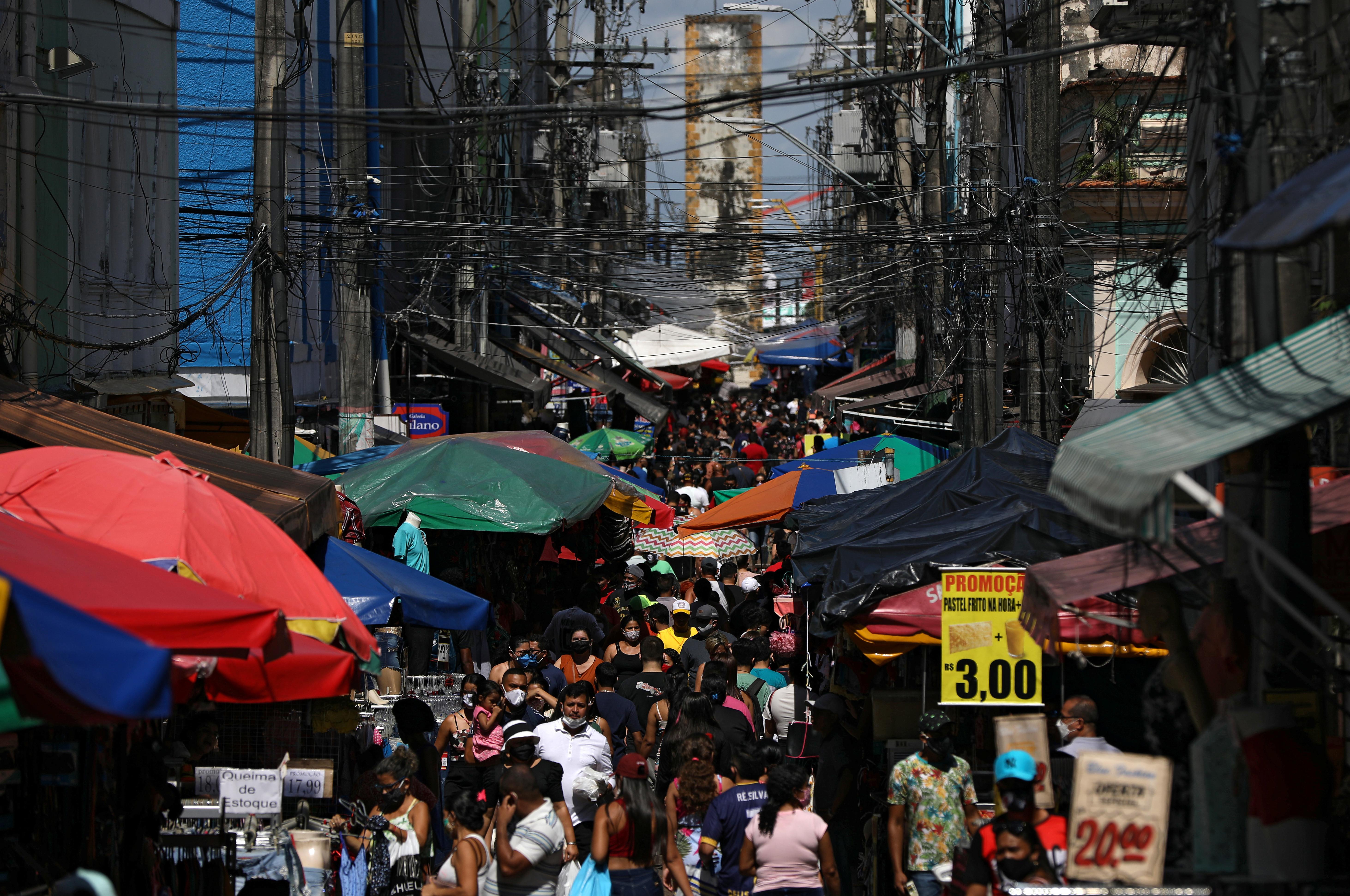 La gente camina en una calle comercial popular en medio del brote de la enfermedad coronavirus (COVID-19), en Manaus, Brasil, el 27 de junio de 2020.
