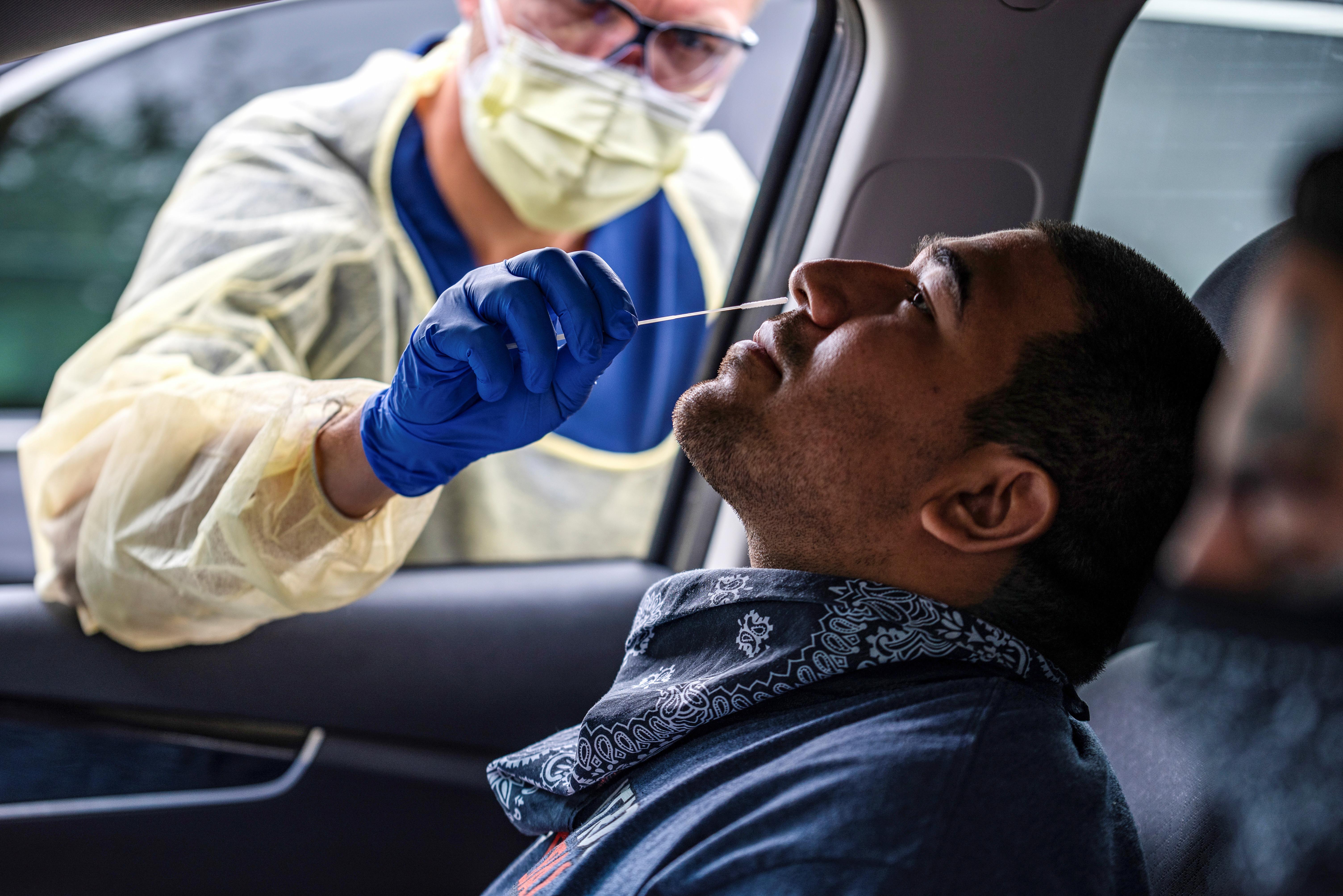 Joe García es examinado por la enfermedad coronavirus (COVID-19) en Austin, Texas, EE.UU., el 28 de junio de 2020.