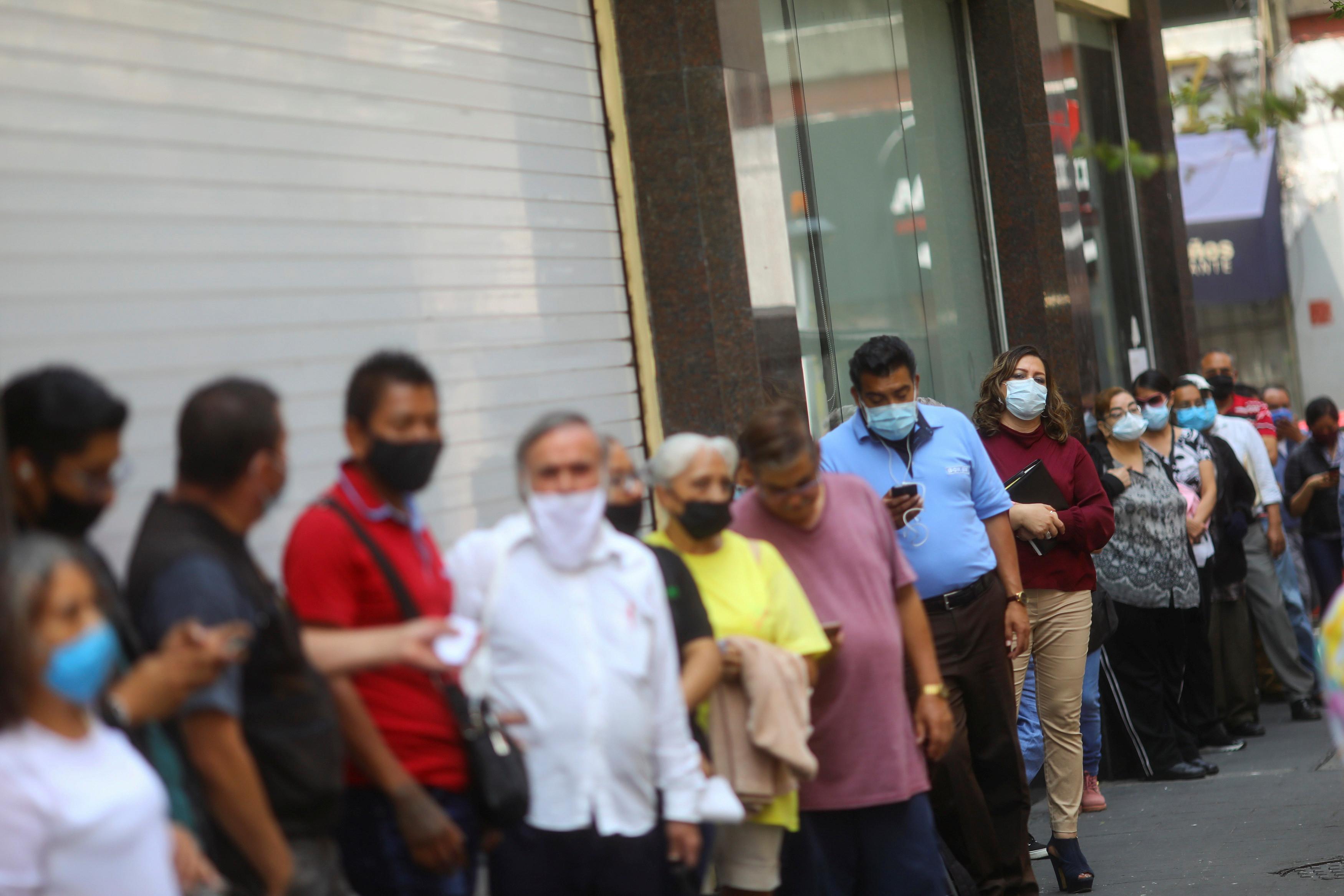 Los clientes hacen cola antes de comprar en una tienda durante el inicio de la reapertura gradual de las actividades comerciales en el centro de la Ciudad de México, mientras continúa el brote de la enfermedad coronavirus (COVID-19), México 30 de junio de 2020.