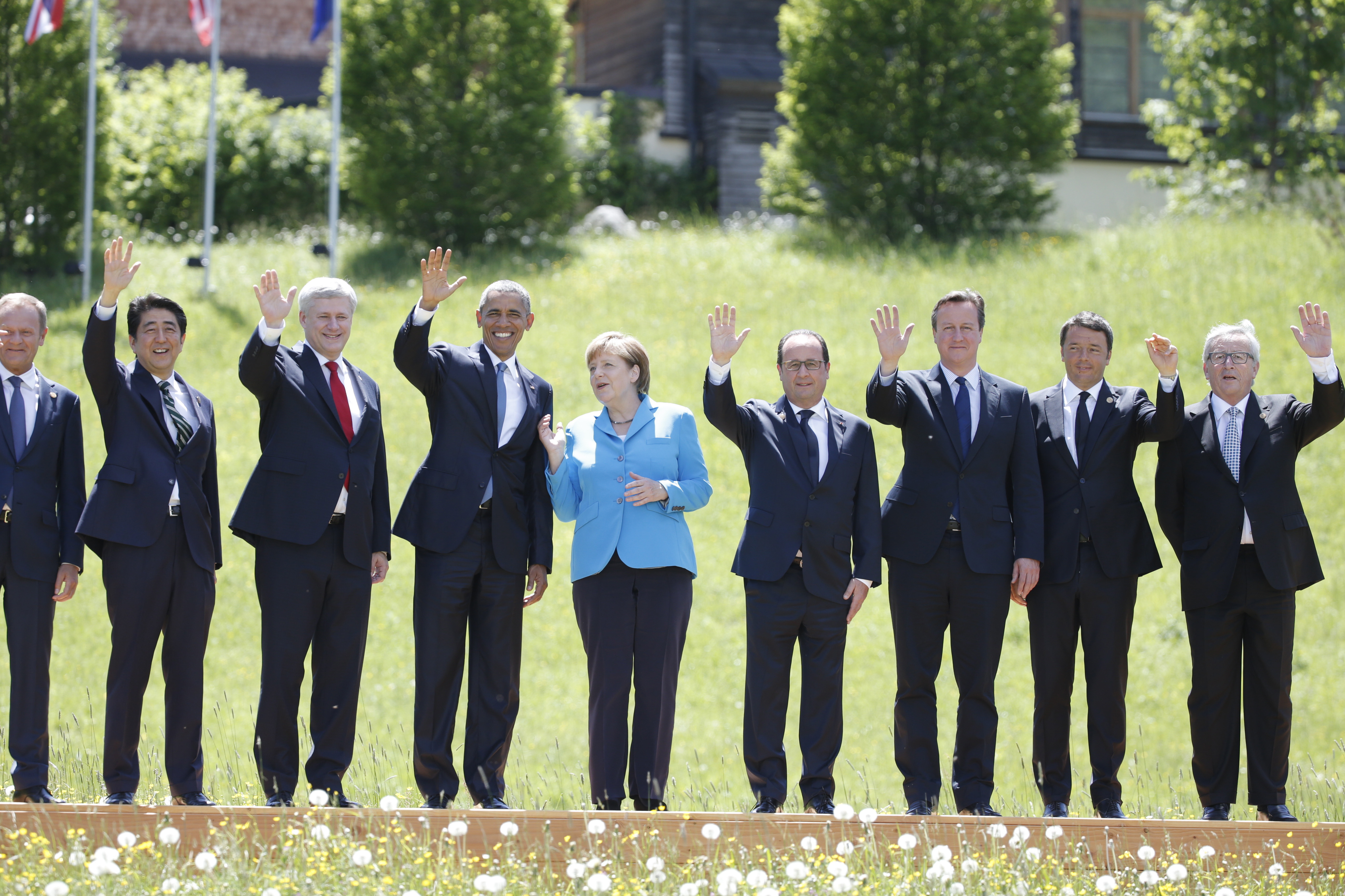 President of the European Council, Donald Tusk, Japanese Prime Minister Shinzo Abe,Canada's Prime Minister Stephen Harper, US President Barack Obama, German Chancellor Angela Merkel, French President Francois Hollande, British Prime Minister David Cameron, talian Prime Minister Matteo Renzi  and European Commission President Jean-Claude Junker (L-R) wave hands as they pose for a family photo during their meeting at the hotel castle Elmau in Kruen, Germany, June 7, 2015. Leaders from the Group of Seven (G7) industrial nations met on Sunday in the Bavarian Alps for a summit overshadowed by Greece's debt crisis and ongoing violence in Ukraine.  REUTERS/Christian Hartmann   - LR1EB670XMIMA