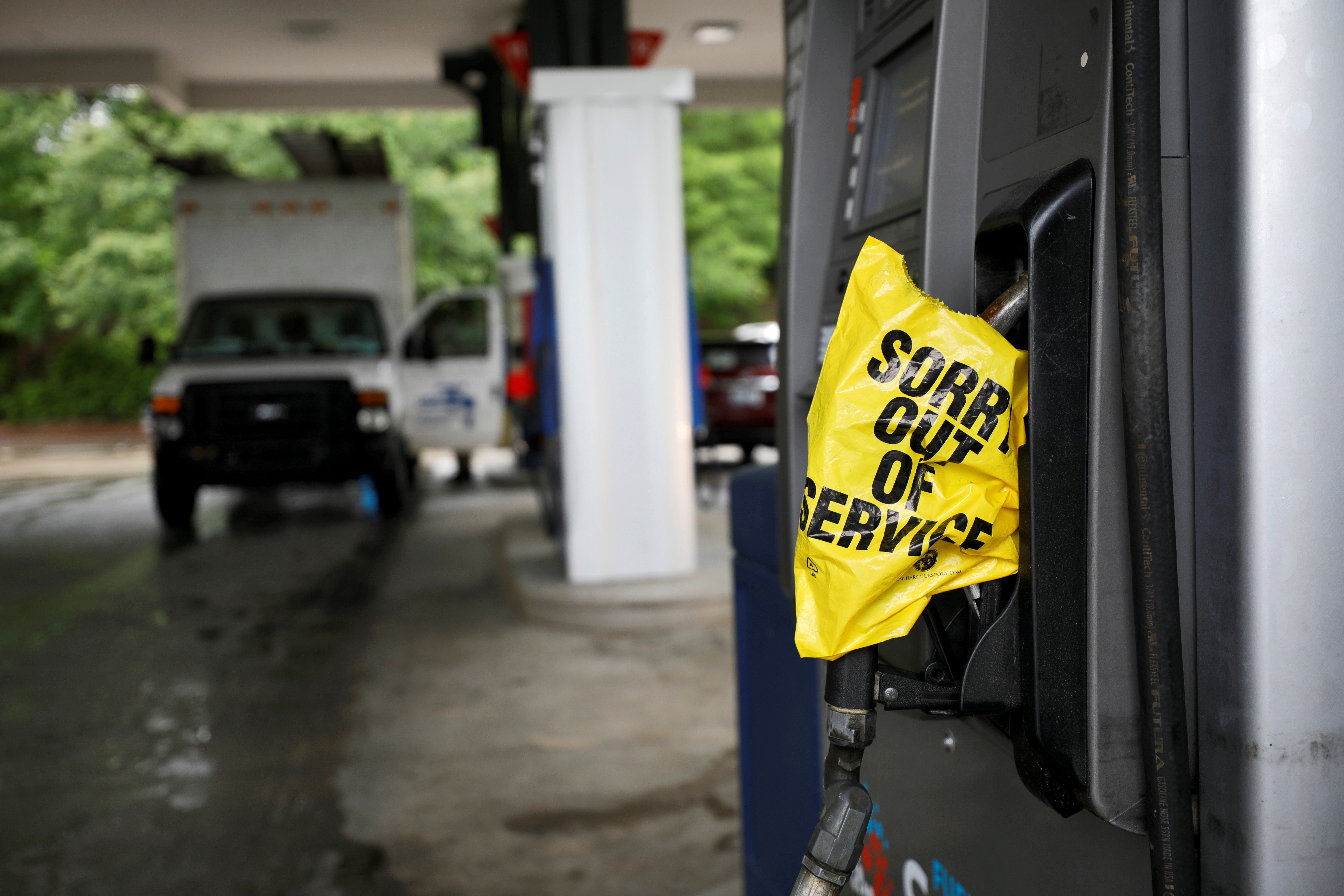 A bagged nozzle at a pump notifies motorists that it no longer has fuel after a cyberattack crippled the biggest fuel pipeline in the country, run by Colonial Pipeline, in Chapel Hill, North Carolina, U.S. May 12, 2021.  REUTERS/Jonathan Drake     TPX IMAGES OF THE DAY - RC2GEN9BAZ2Z