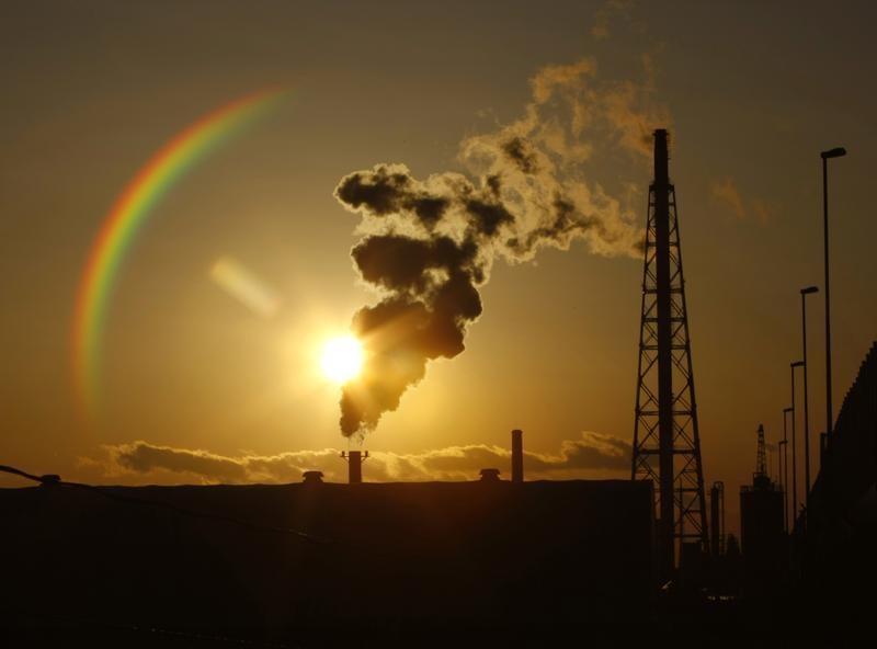 12月4日、日本企業は温室効果ガス排出量削減問題で、企業だけの取り組みの限界に直面しつつある。写真は2009年12月、川崎市の工業地帯で撮影