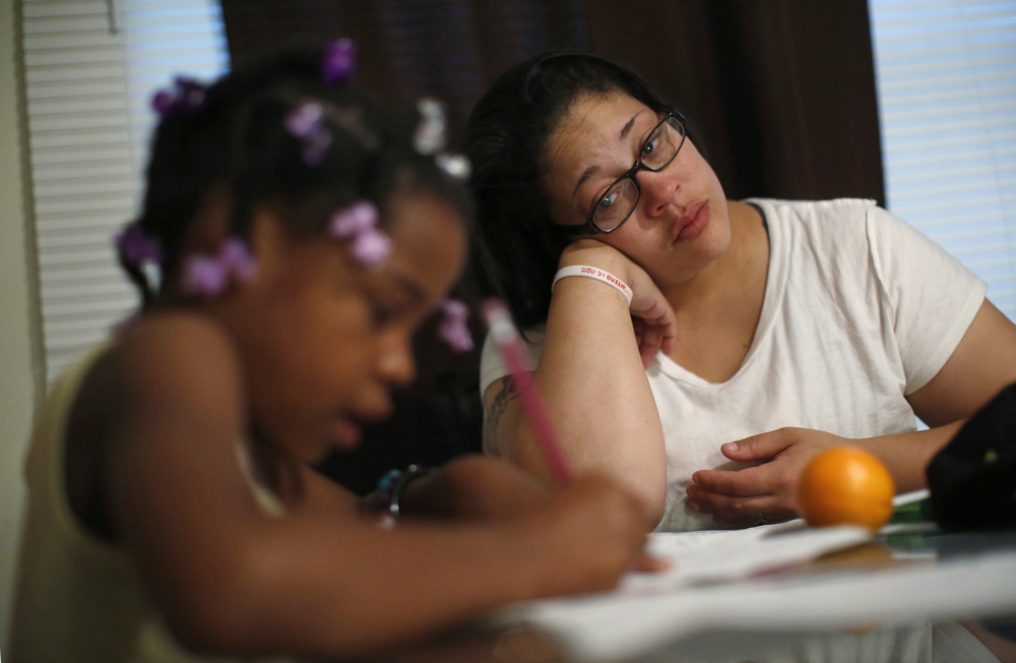 Delores Leonard (R) helps her daughter Erin with her homework at the breakfast table before heading to work at a McDonald's Restaurant in Chicago, Illinois, September 25, 2014. Leonard, a single mother raising two daughters, has been working at McDonald's for seven years and has never made more than minimum wage.  Picture taken September 25, 2014.   REUTERS/Jim Young (UNITED STATES - Tags: BUSINESS EMPLOYMENT TPX IMAGES OF THE DAY) - GM1EAAH1LAM01