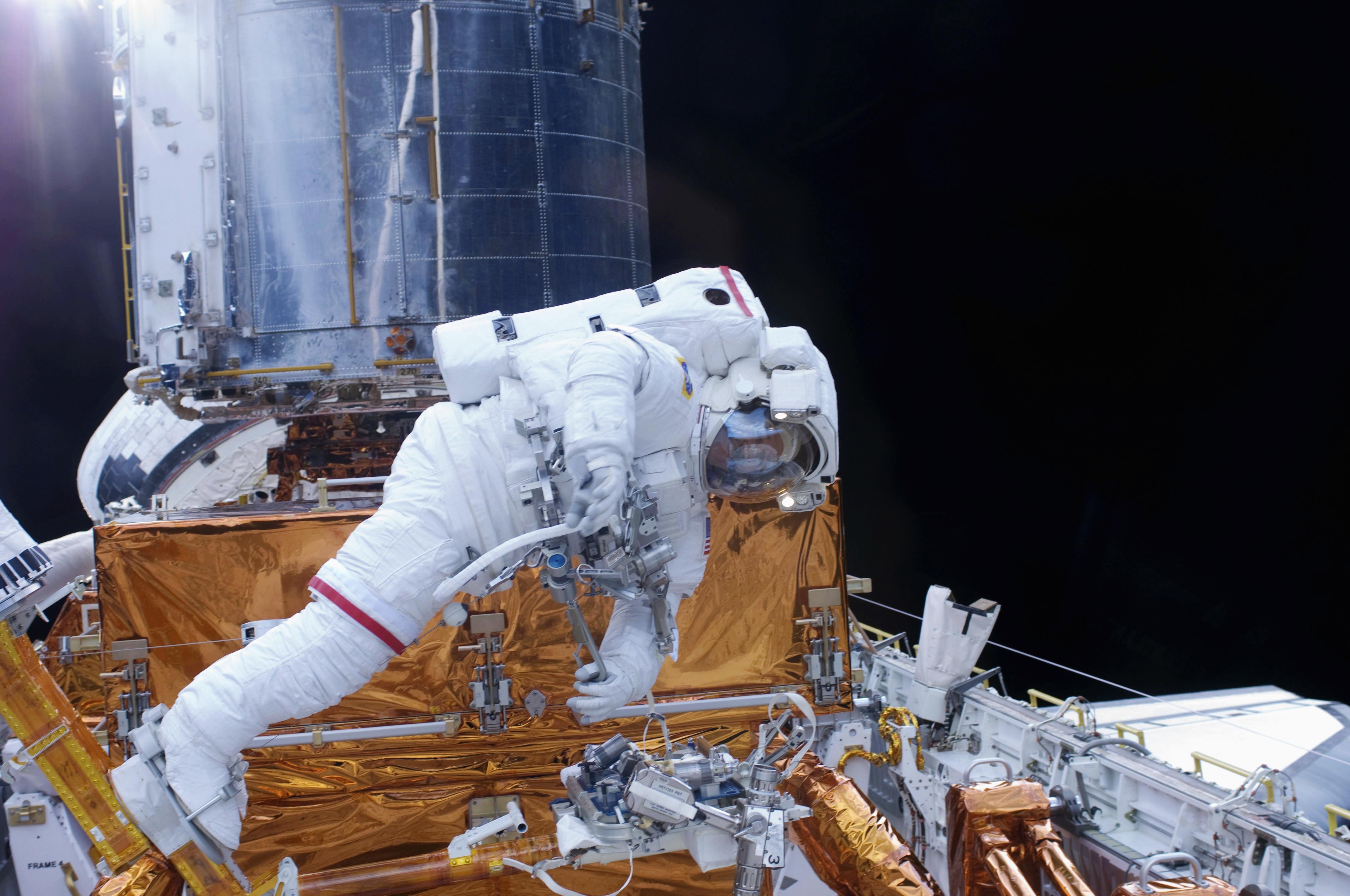 Astronaut undertakes renovation work on the hubble telescope