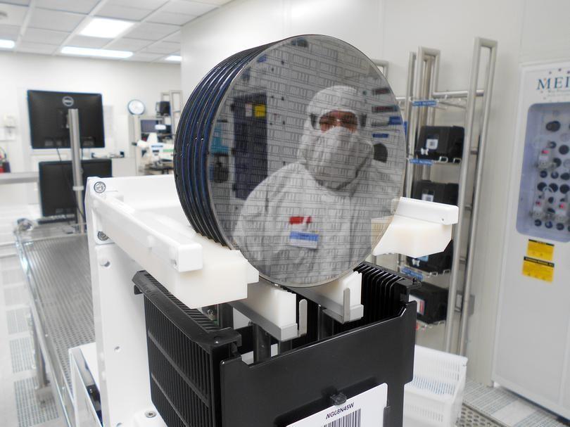 3月2日、 世界的な半導体の品薄状態に対して、一部の企業は、ある程度慣れっこになる必要が出てくるだろう。写真は米アリゾナ州チャンドラーにあるオランダの半導体メーカー、NXPセミコンダクターズの半導体工場。同社2020年9月提供
