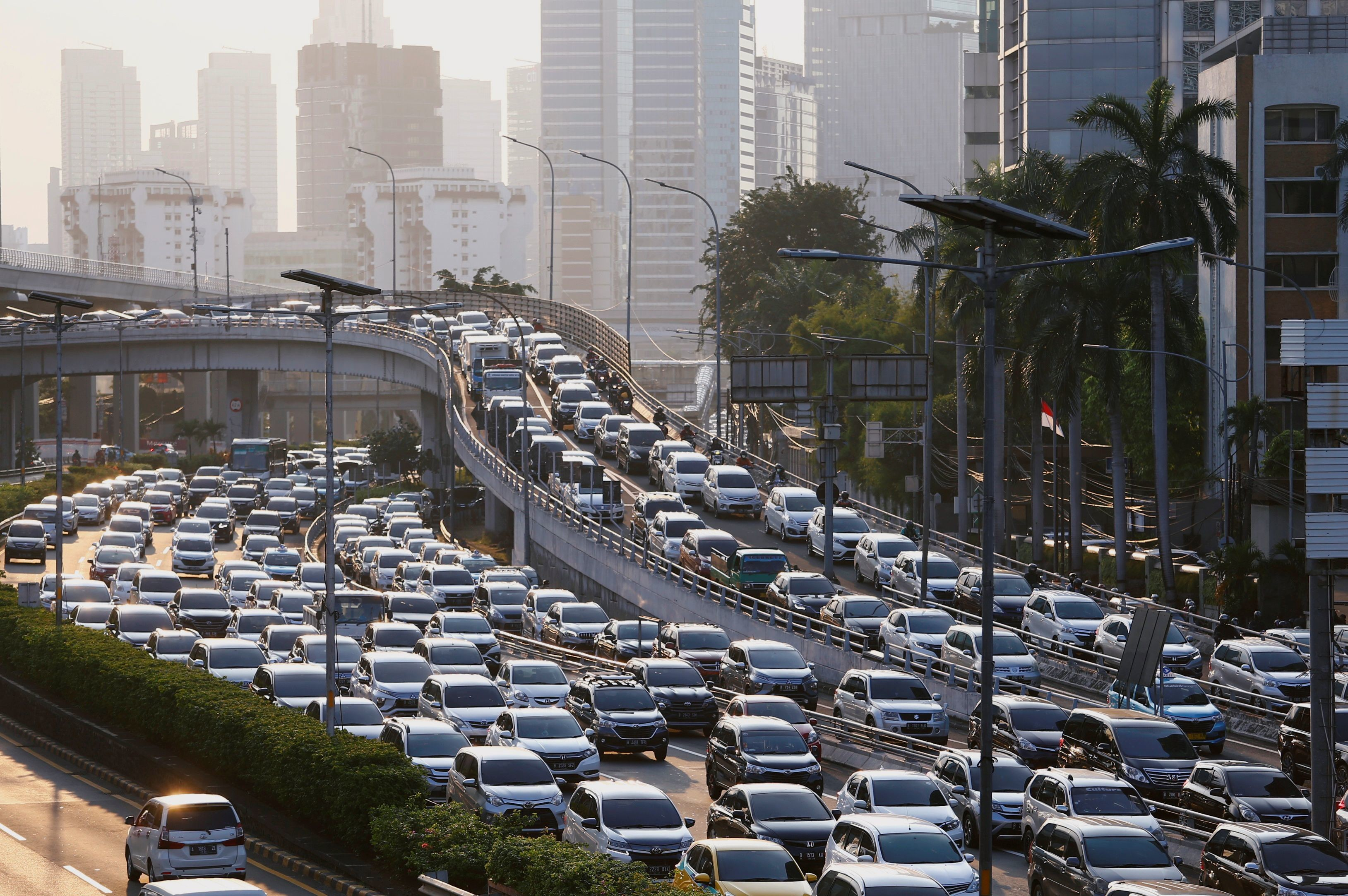 A general view of a traffic jam during large-scale social restrictions amid the coronavirus disease (COVID-19) outbreak in Jakarta, Indonesia May 19, 2020. REUTERS/Ajeng Dinar Ulfiana - RC2PRG9QU7DV